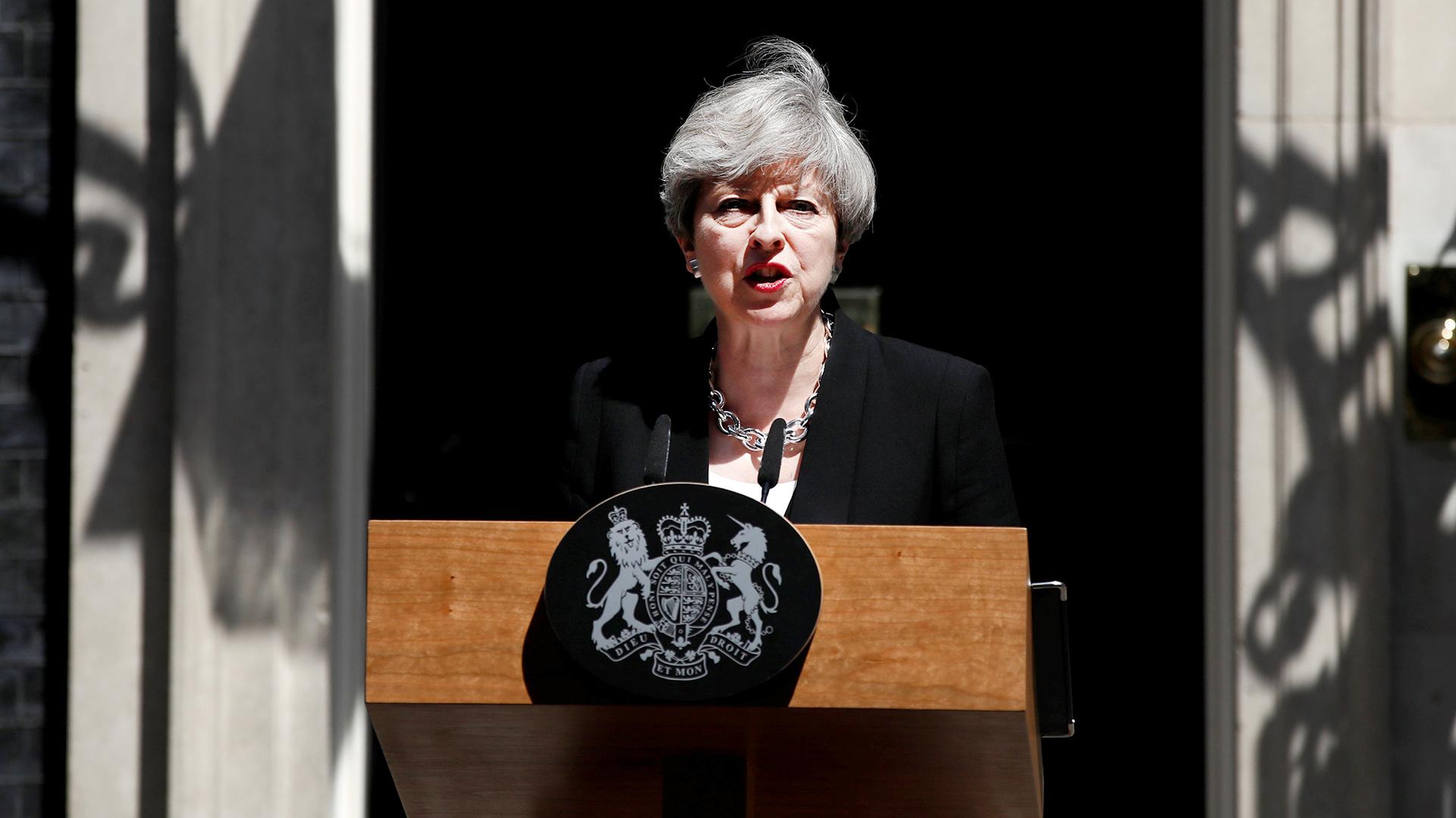 La primera ministra Theresa May, habla frente al número 10 de a Downing Street, oficina central del gobierno británico(Reuters)