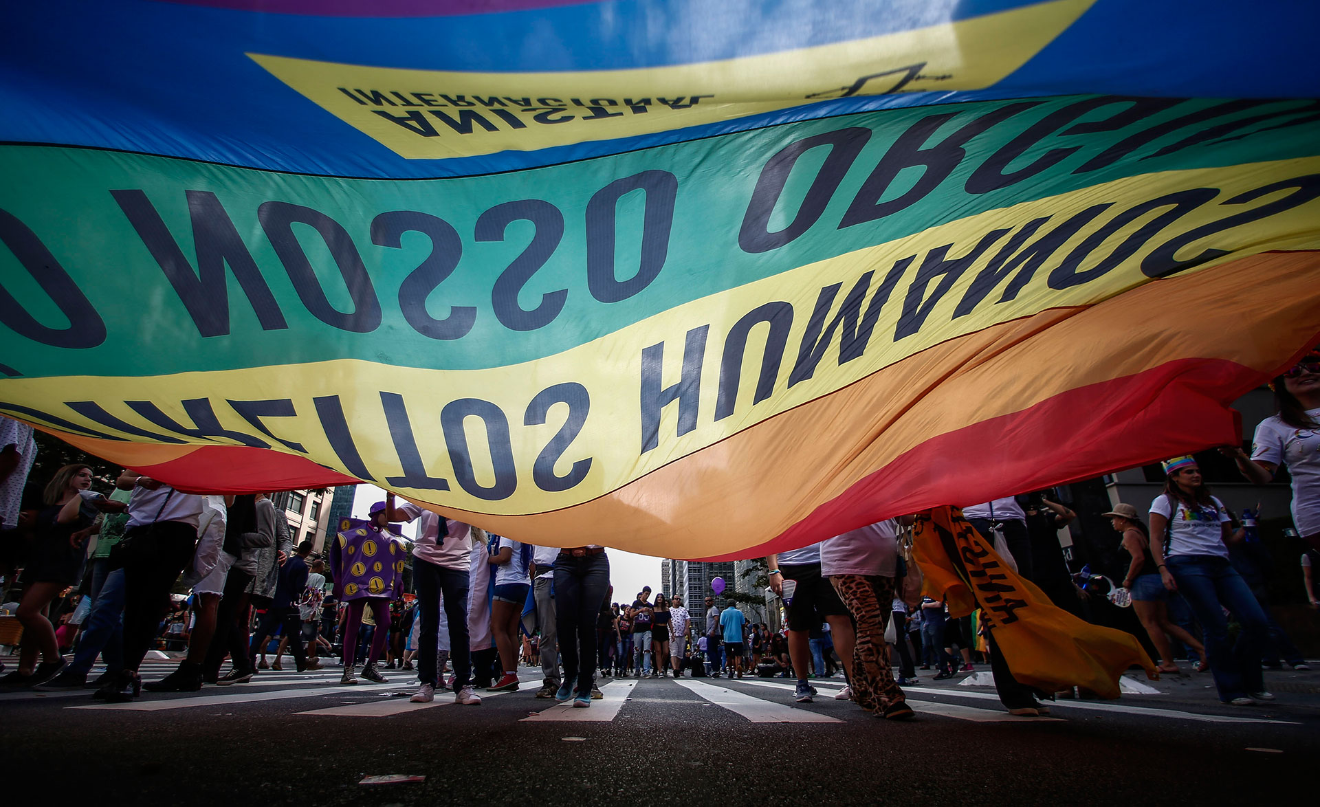 Además de las tradicionales banderas con los colores del arco iris, símbolo mundial del movimiento LGBT, y de las coloridos y esplendorosos disfraces de algunos de los participantes, en el desfile de este domingo destacaron los coros contra el fundamentalismo religioso y en defensa de un Estado laico
