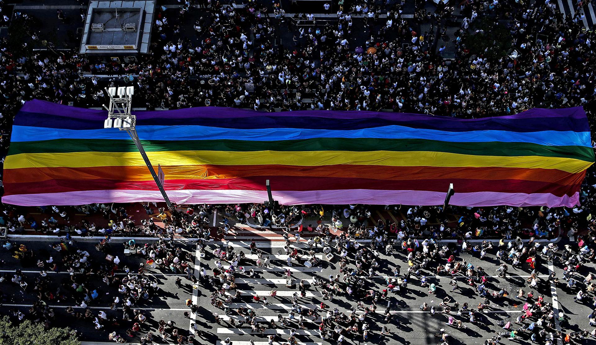 """Bajo el eslogan """"Independientemente de nuestras creencias, ninguna religión es ley. Todas y todos por un Estado laico"""", los brasileños celebraron la 21ª edición del desfile, uno de los mayores del mundo en defensa de los derechos de la comunidad LGBT"""