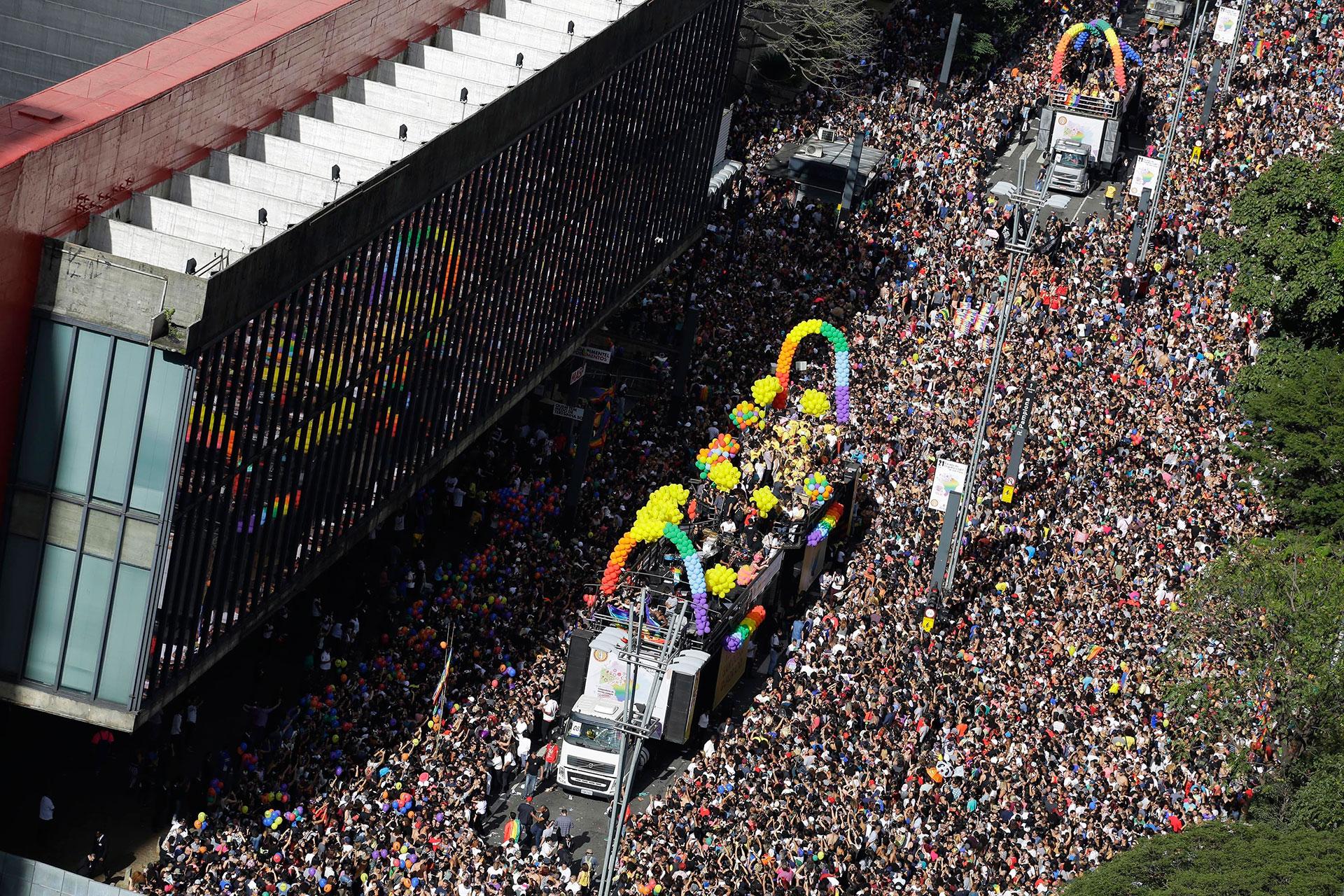 Millones de personas, se congregaron este domingo en las avenidas Paulista y Consolacao de San Pablo para exigir un verdadero estado laico en la tradicional marcha del orgullo gay de Brasil
