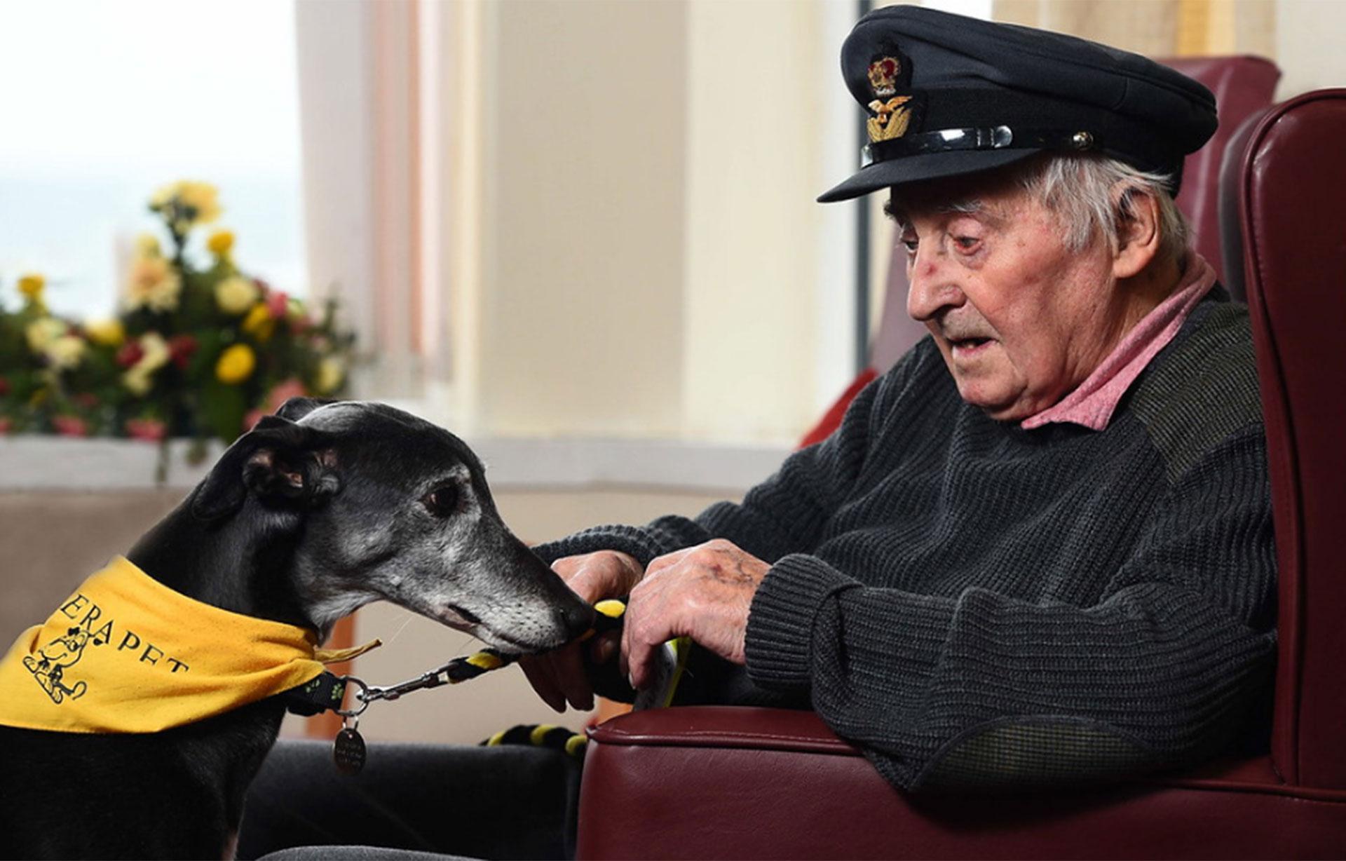 """Categoría: """"Perros de Asistencia"""". El ex piloto de la Fuerza Aérea Británica Duncan Currie, de 95 años, recibe la visita semanal de Megan, en Escocia, en un centro para ancianos (foto: Alasdair MacLeod)"""