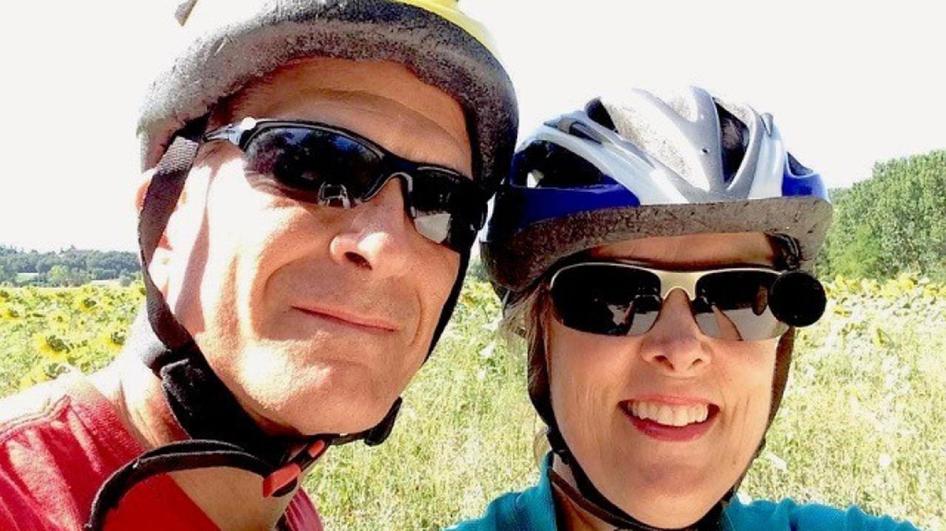 David Krall y Becky Krall. Él casi pierde la vida tras ser mordido por un perro