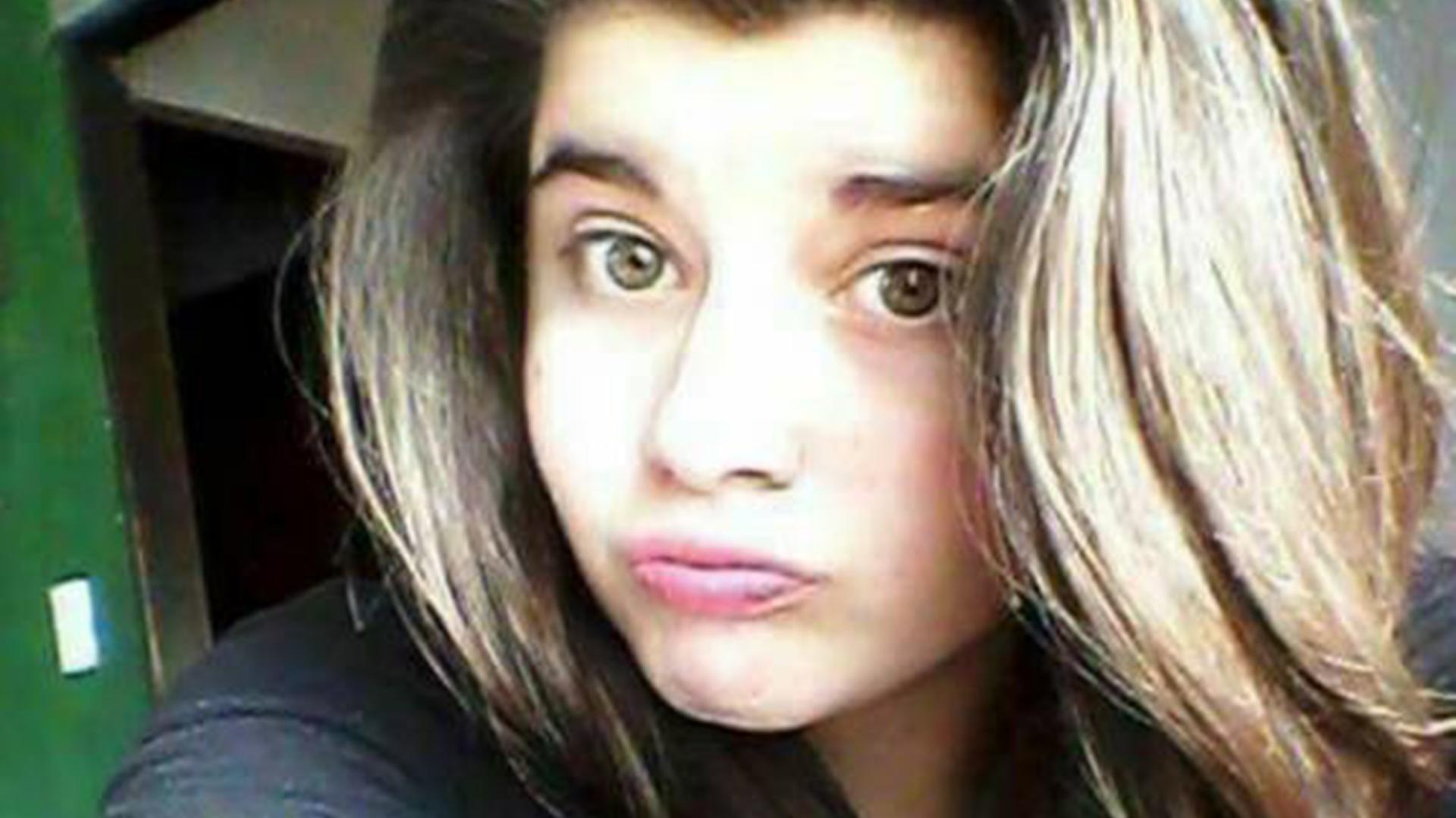 Gisella Tapia Molina, de 16 años, llevaba puesto el uniforme del colegio: un buzo gris y calzas negras
