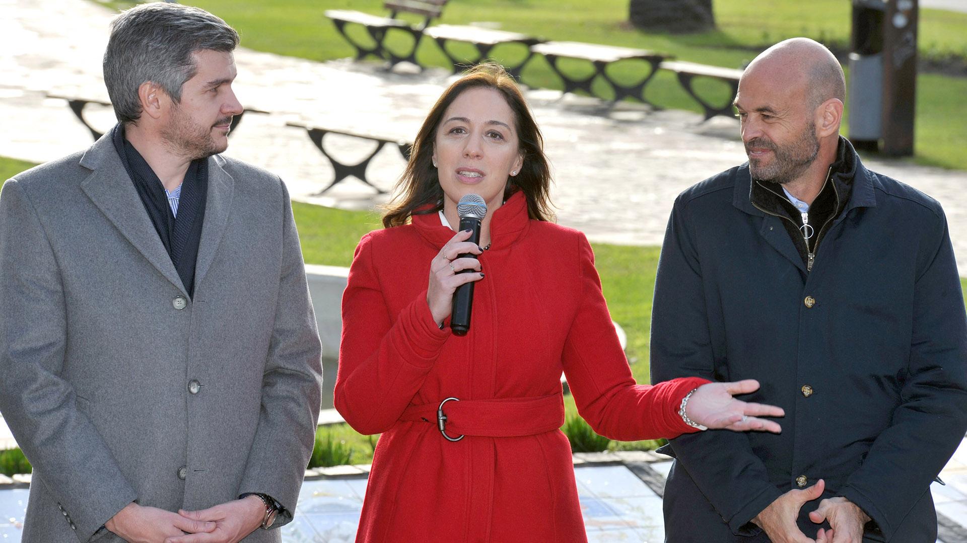María Eugenia Vidal, junto a Marcos Peña y Guillermo Dietrich, durante un acto realizado en Mar del Plata en julio de este año (Télam)