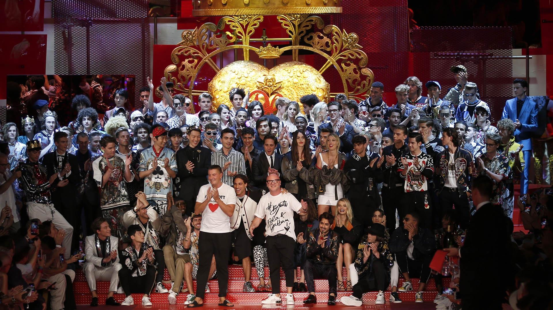 El cierre de la presentación durante Milán Fashion Week. La cita tuvo lugar en el teatro Metropol(AP Photo/Antonio Calanni)