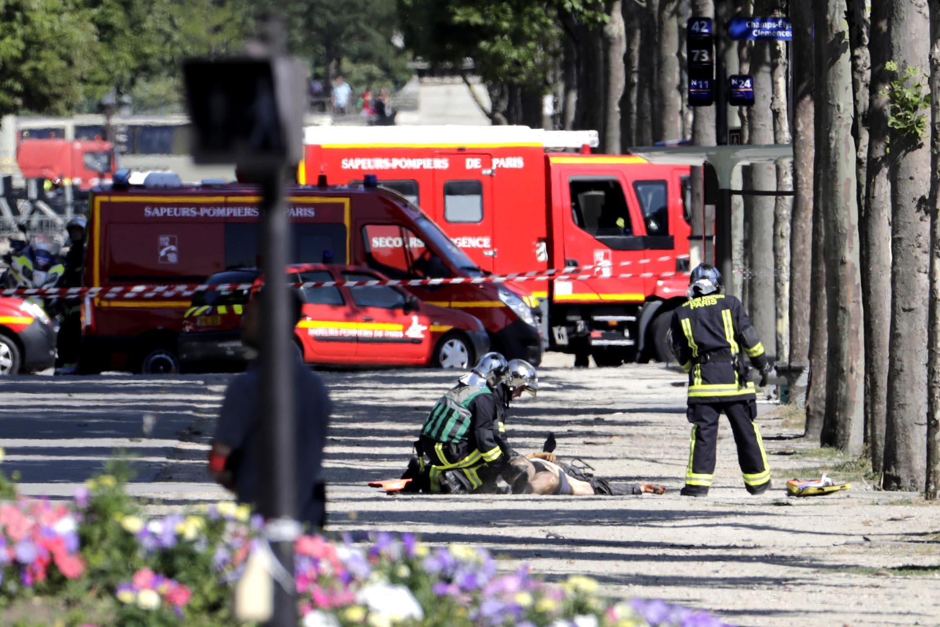 Los rescatistas intentan reanimar al terrorista que intentó atentar contra una camioneta de la Policía en Champs-Elysees en París, Francia