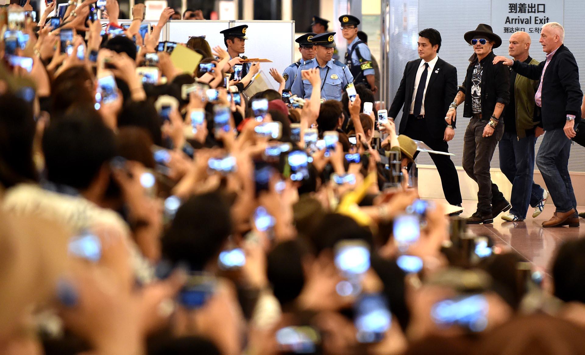 El actor estadounidense Johnny Depp llega a Tokio, Japón, y es recibido por una multitud de fanáticos