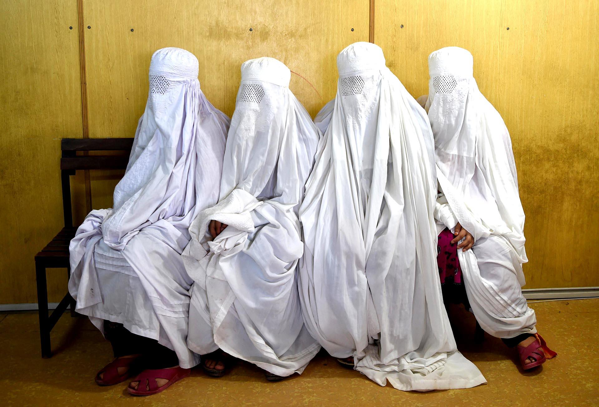 Cuatrorefugiadas afganas aguardan ser registradas en Peshawar, Pakistán
