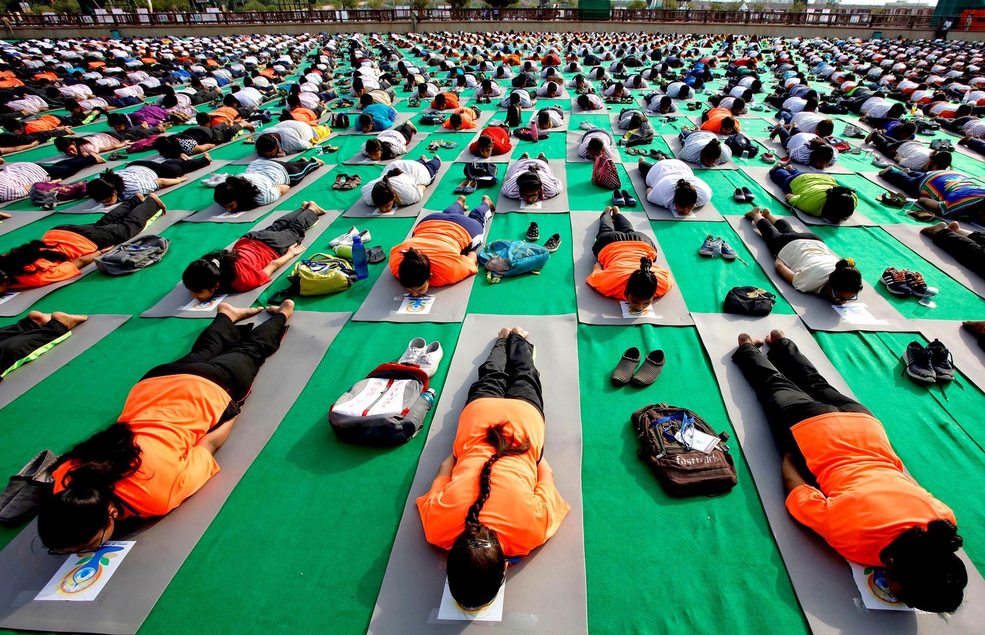 Miles de personas celebran el Día Internacional del Yoga, tomando una clase en Lucknow, India