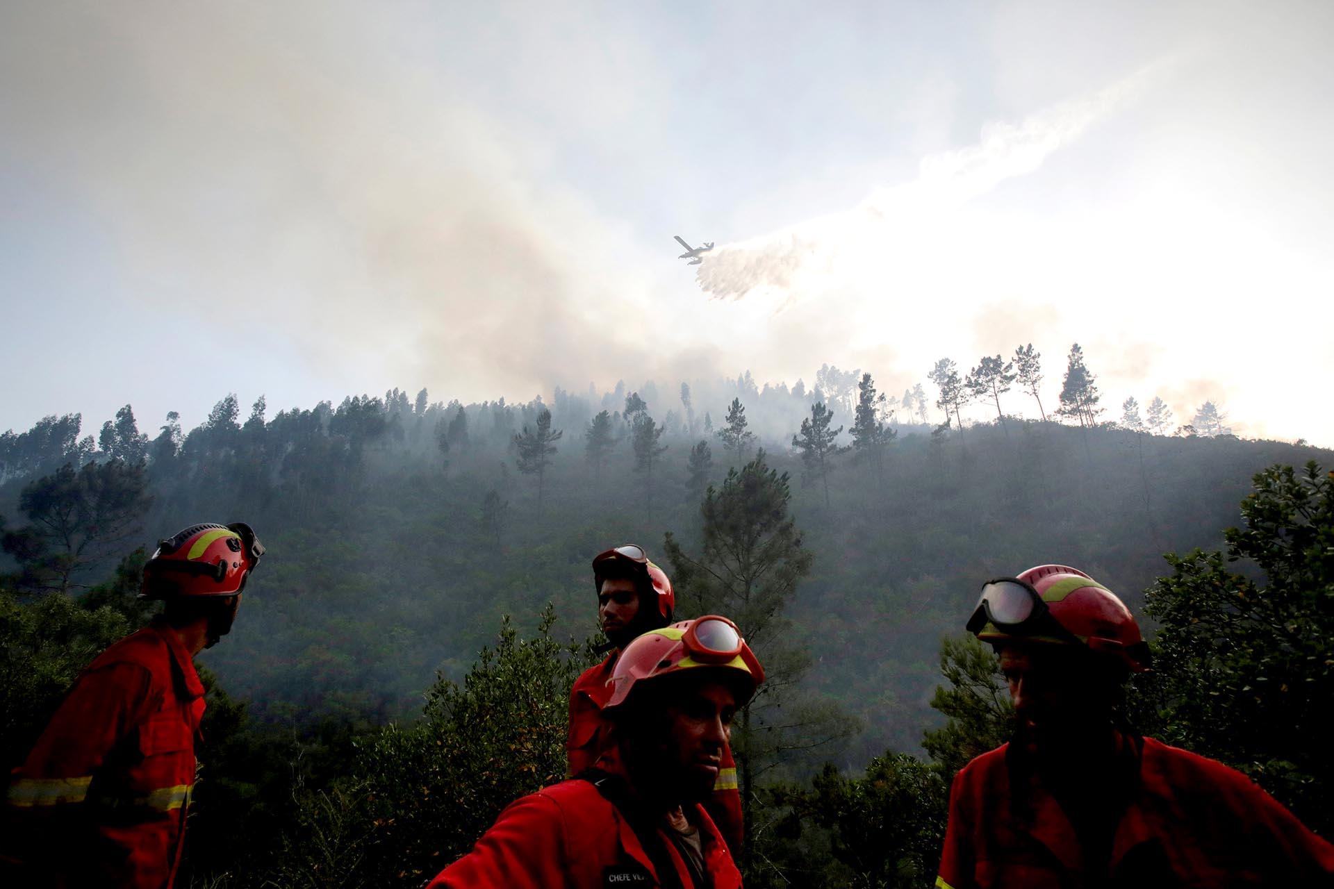 Cuatro bomberos exhaustos tras luchar contra el fuego en Mendeira, Portugal