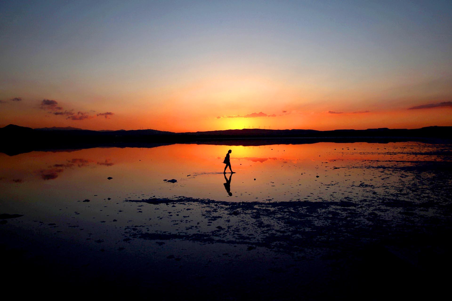 Un turista camina en el lago Larnaca,Chipre