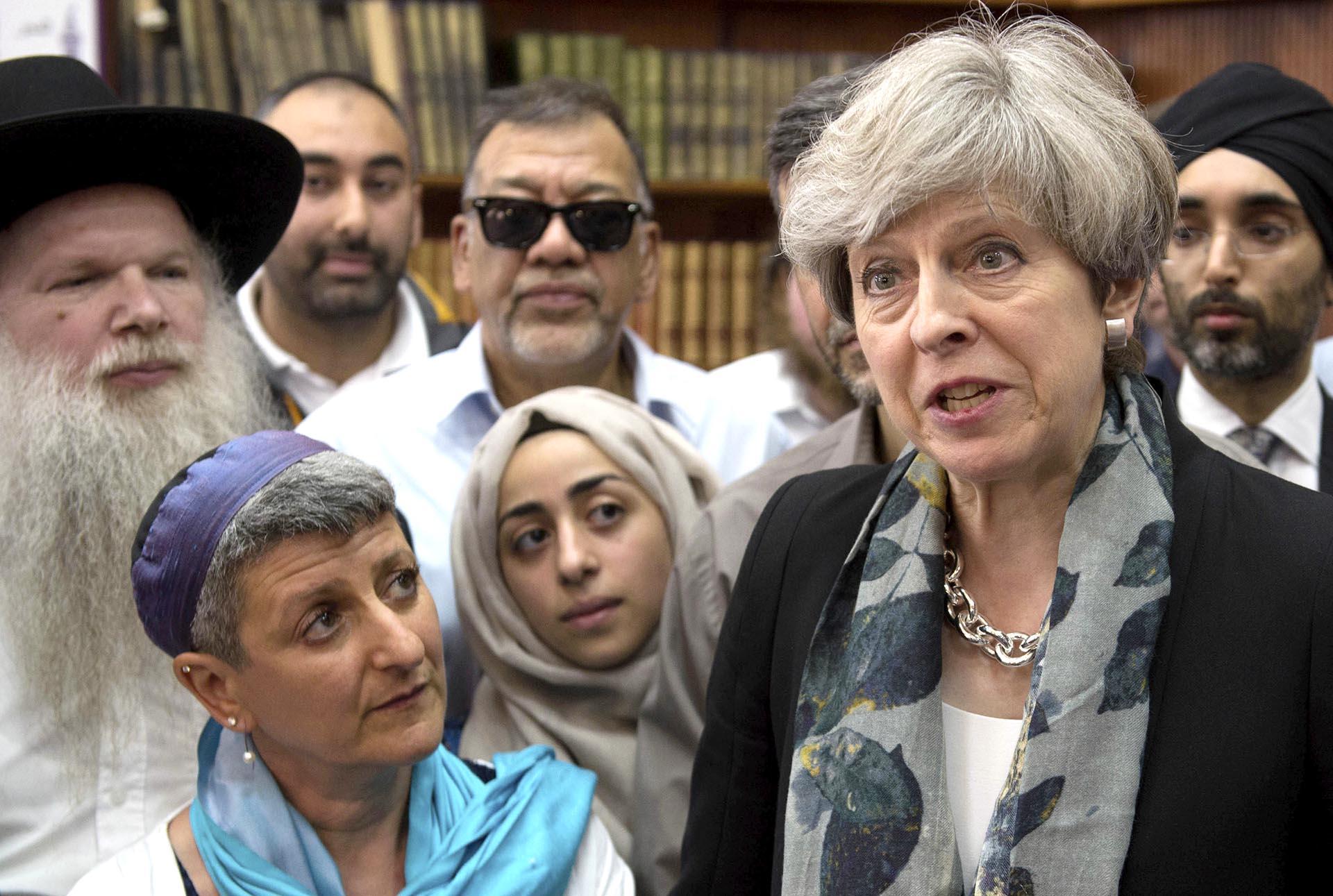 La primer ministro del Reino Unido, Theresa May, en Finsbury Park, luego del ataque a un grupo de fieles frente a una mezquita en Londres