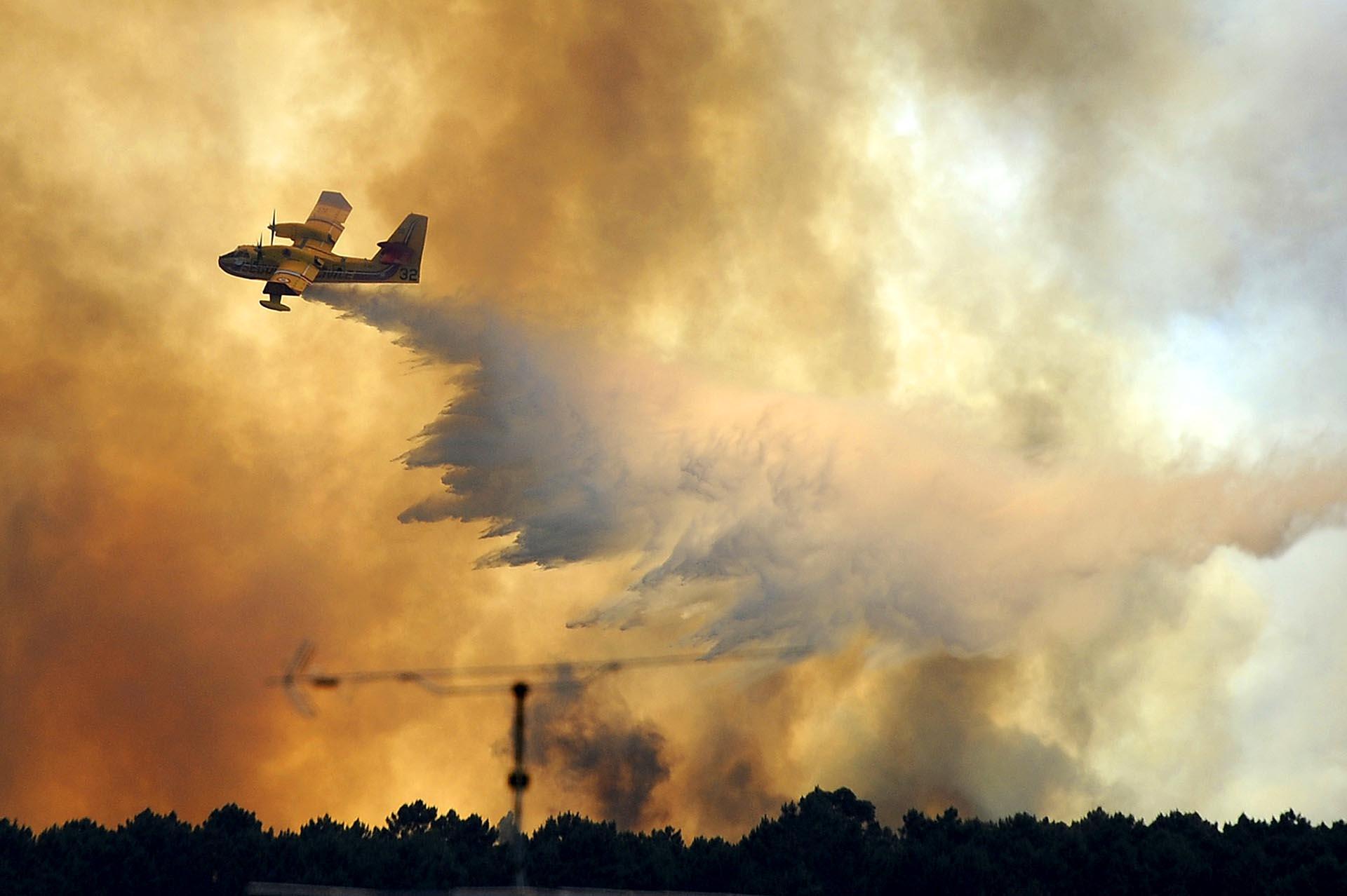 Un avión deja caer agua sobre el incendio forestal en Pedrogao Grande, Portugal