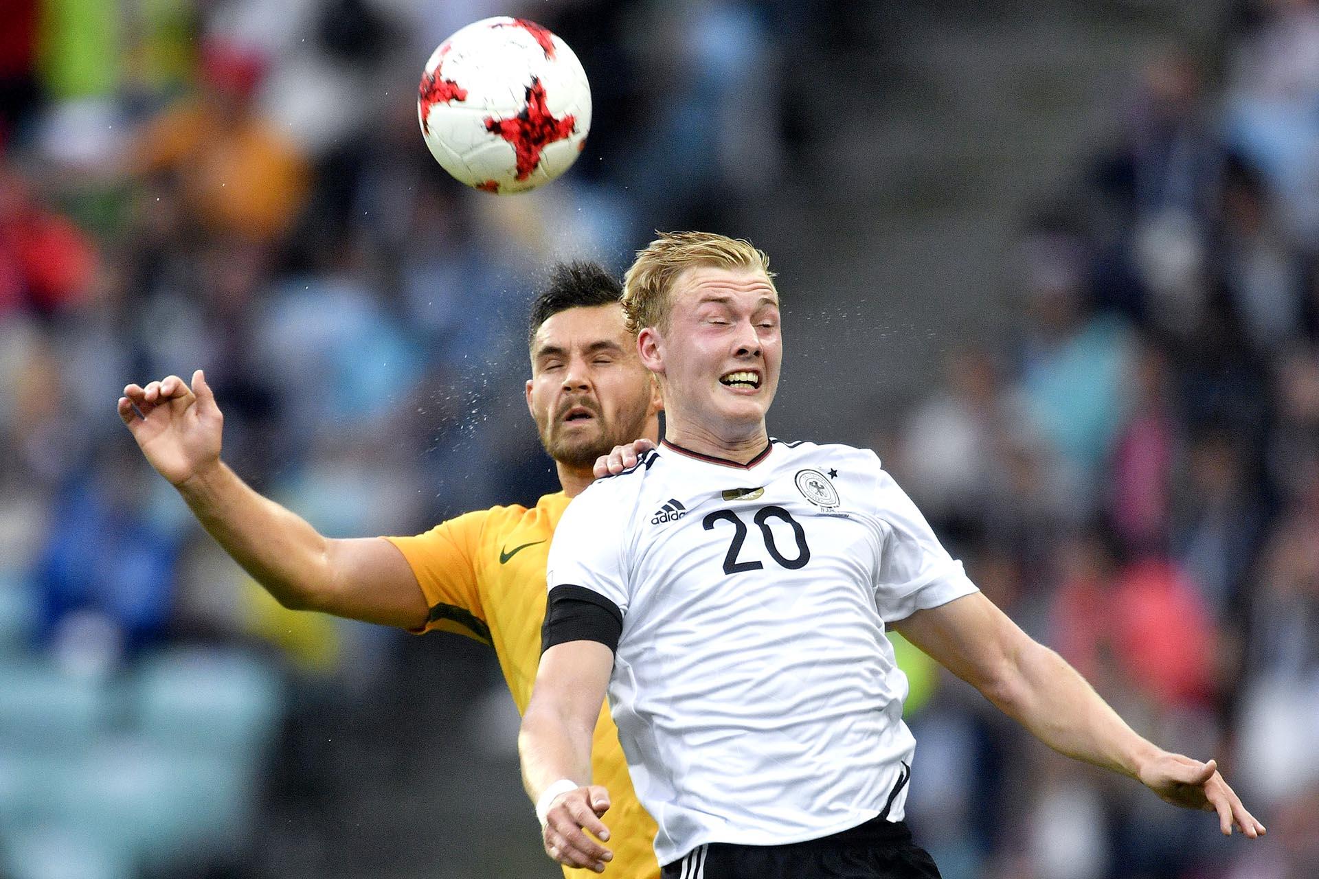 El alemán Julian Brandt disputa el balón con el australiano Bailey Wright durante el partido entre ambas selecciones por la Copa Confederaciones que se juega en Rusia
