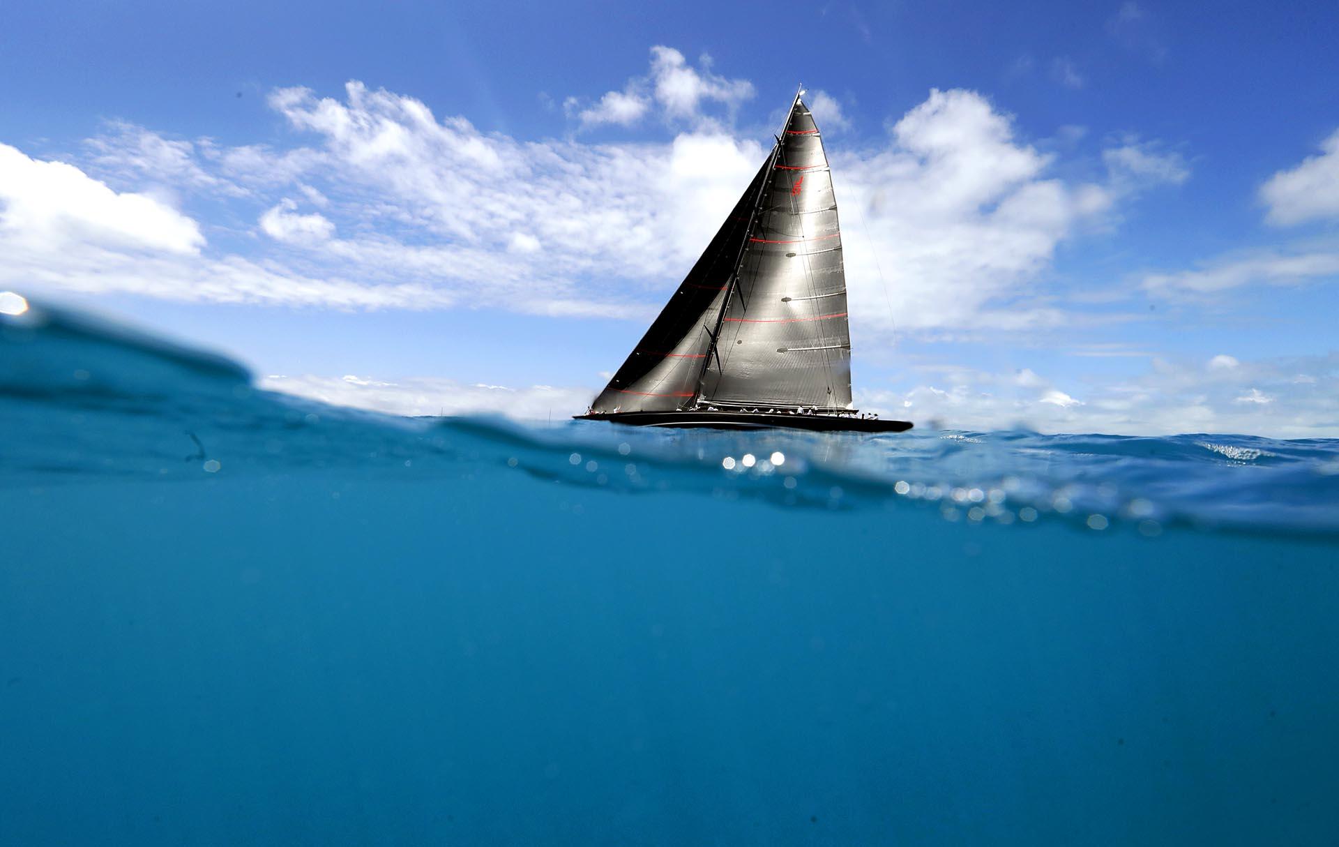 Un velero compite en la America's Cupsobre las aguas de las islas Bermudas