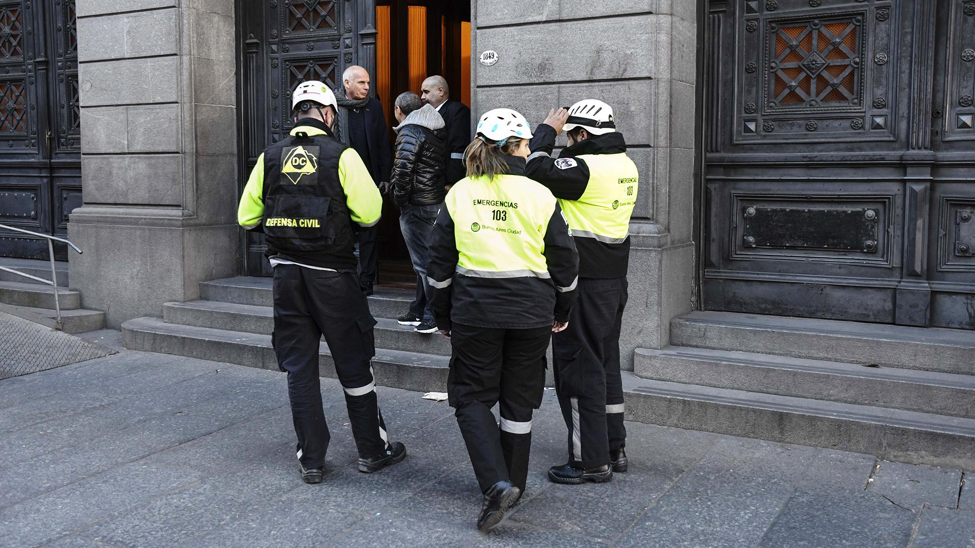 El personal del Senado, administrativos y políticos, debió ser evacuado pasadas las 12 de hoy luego de registrarse una amenaza de bomba. Personal de bomberos y de la división antiexplosivos de la Policía Federal revisaron el lugar