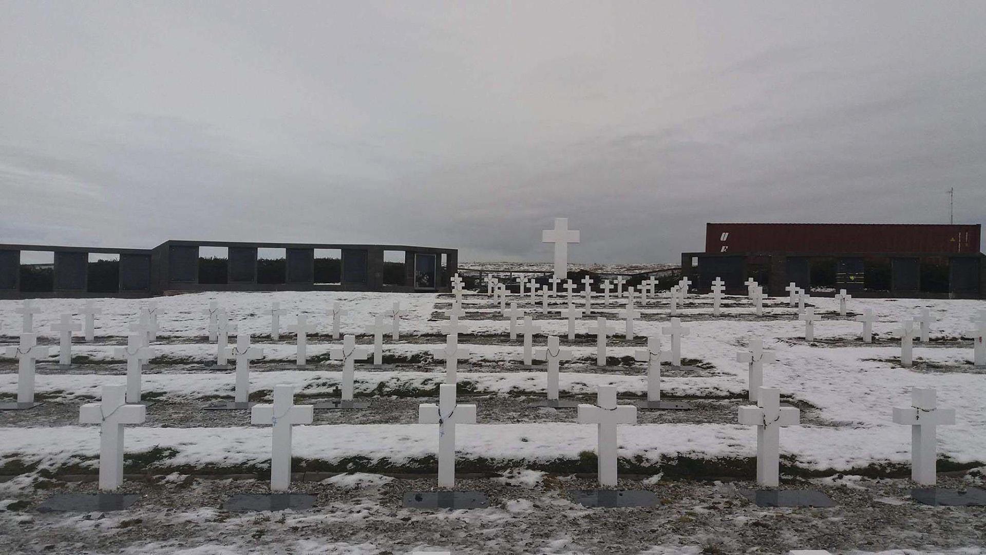 El gobierno de las Islas Malvinas expresó su apoyo a la misión del Comité Internacional de la Cruz Roja (CICR) que ya se encuentra en las islas para comenzar en los próximos días las tareas de identificación de los restos de soldados argentinos sepultados en 123 tumbas en el cementerio de Darwin