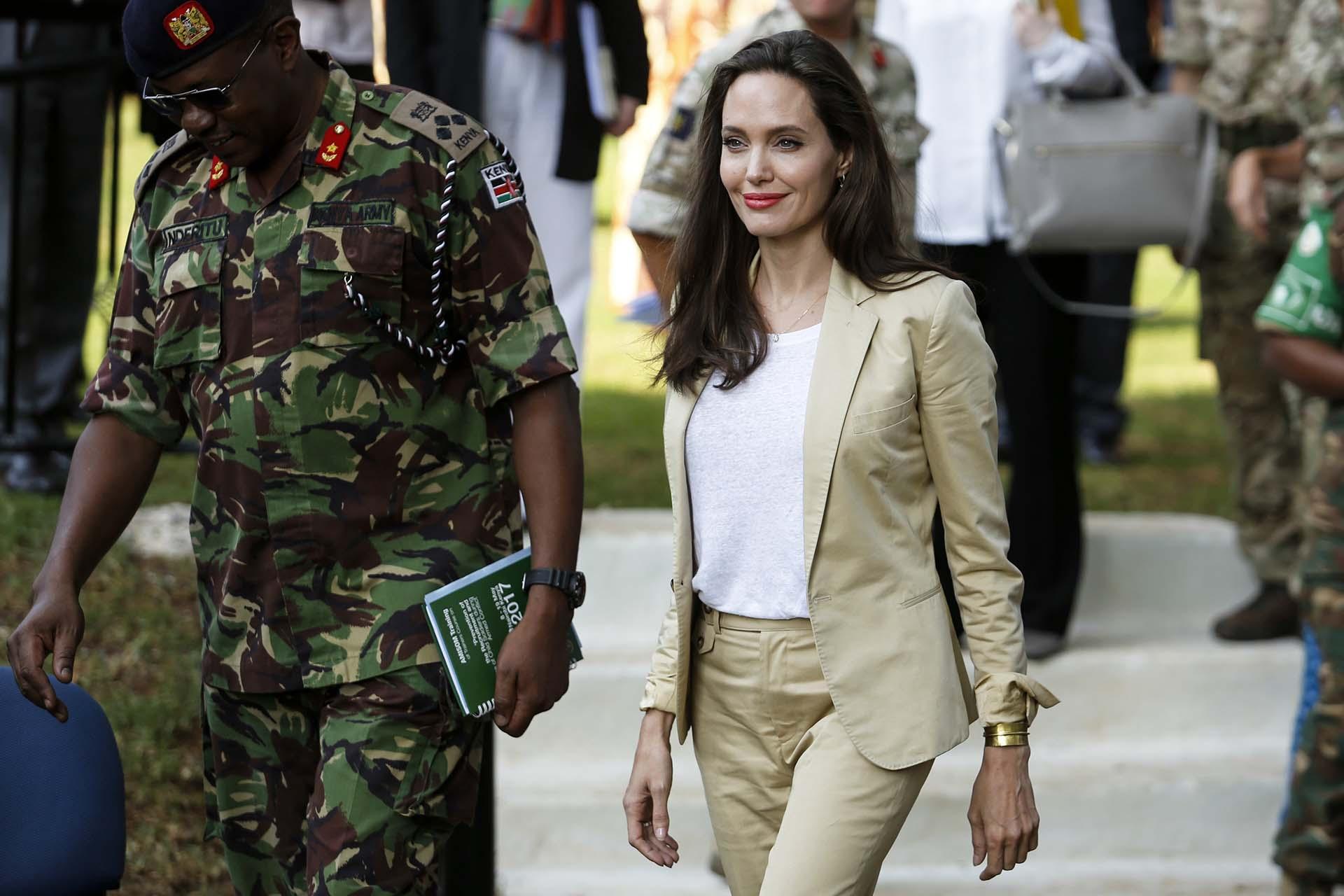 """""""Más de la mitad de todos los refugiados y personas desplazadas en el mundo son mujeres y niños. La forma en que los tratamos mide la humanidad de nuestras naciones"""", aseguró Jolie, que pidió al mundo que no olvide el dolor y el sufrimiento de estas jóvenes"""