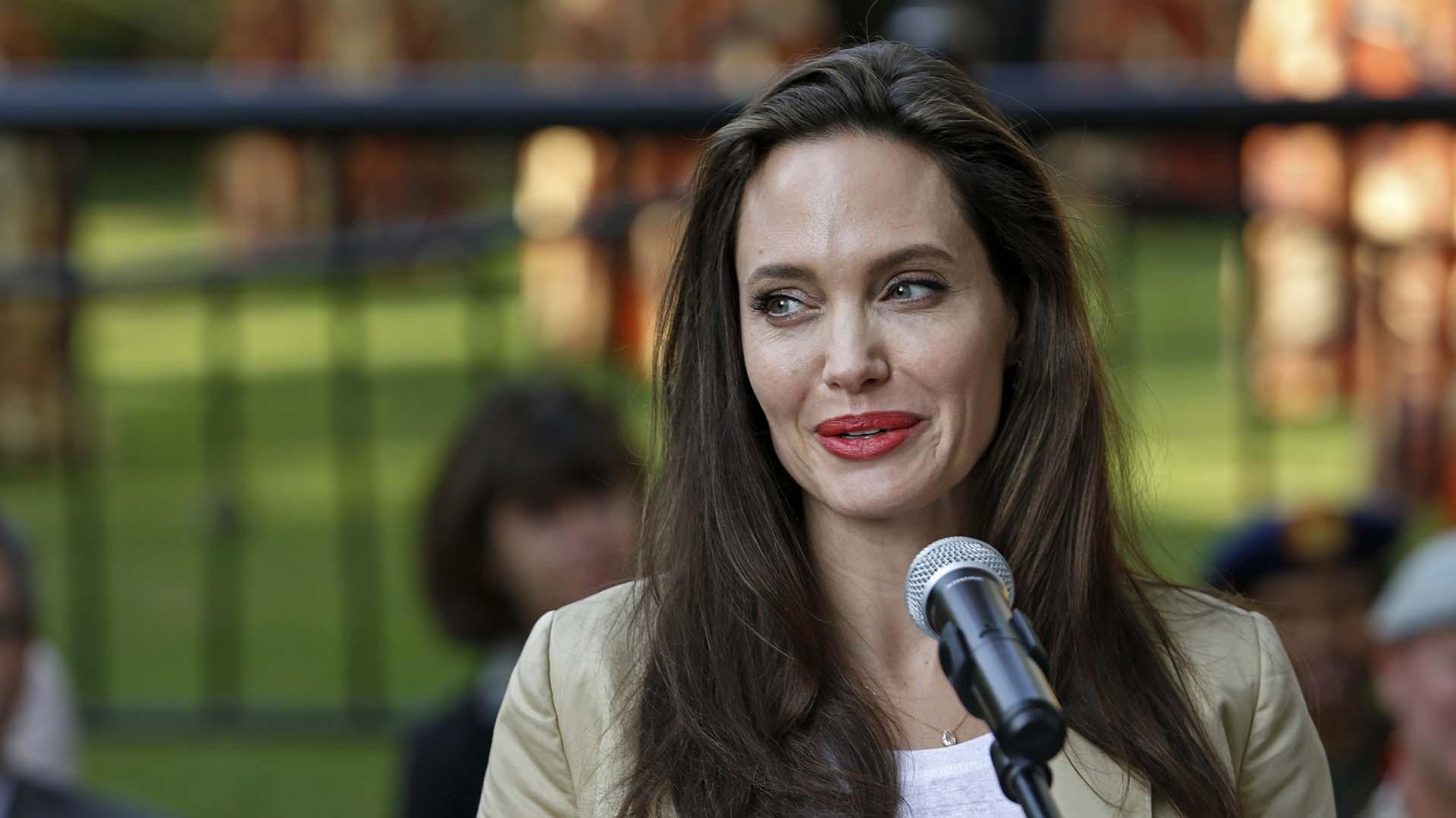 Angelina Jolie disfruta de su romance puertas adentro, en su amnsión de Los Angeles