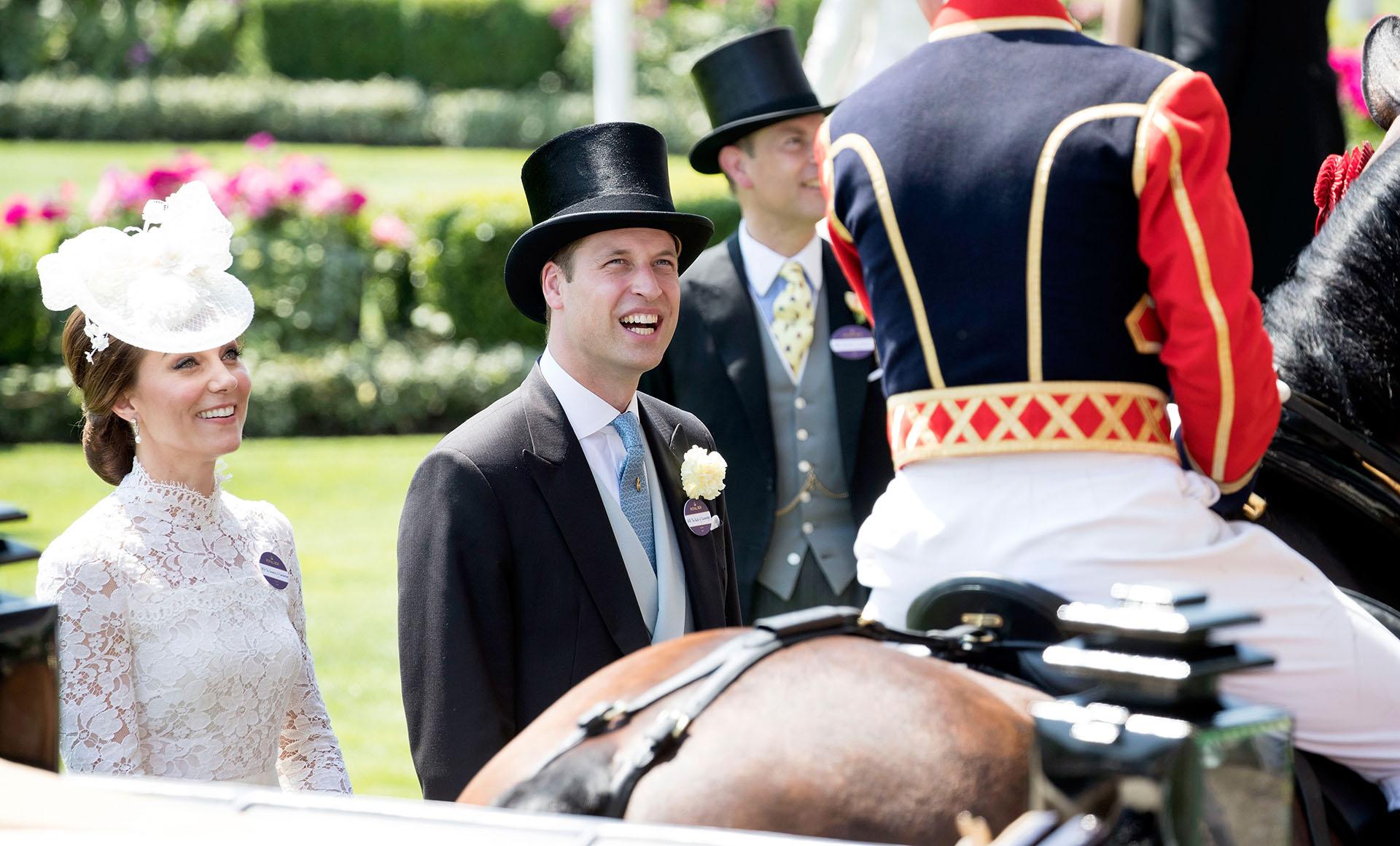 Los duques de Cambridge disfrutanto de las carreras de caballo (Getty Images)