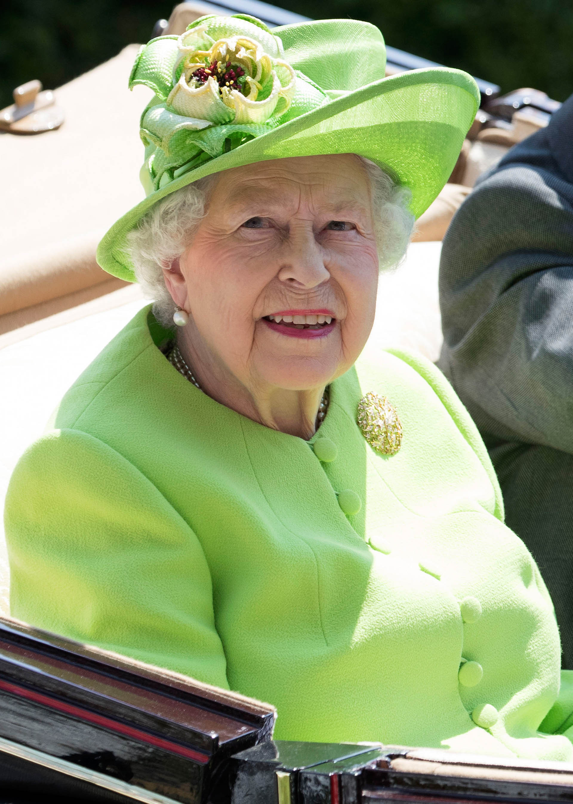 Es uno de los eventos favoritos de la reina, y para la ocasión se inclinó por el monocrom en tono verde. Eligióun abrigo de cuello a caja con botonadura central y un sencillo sombrero verde