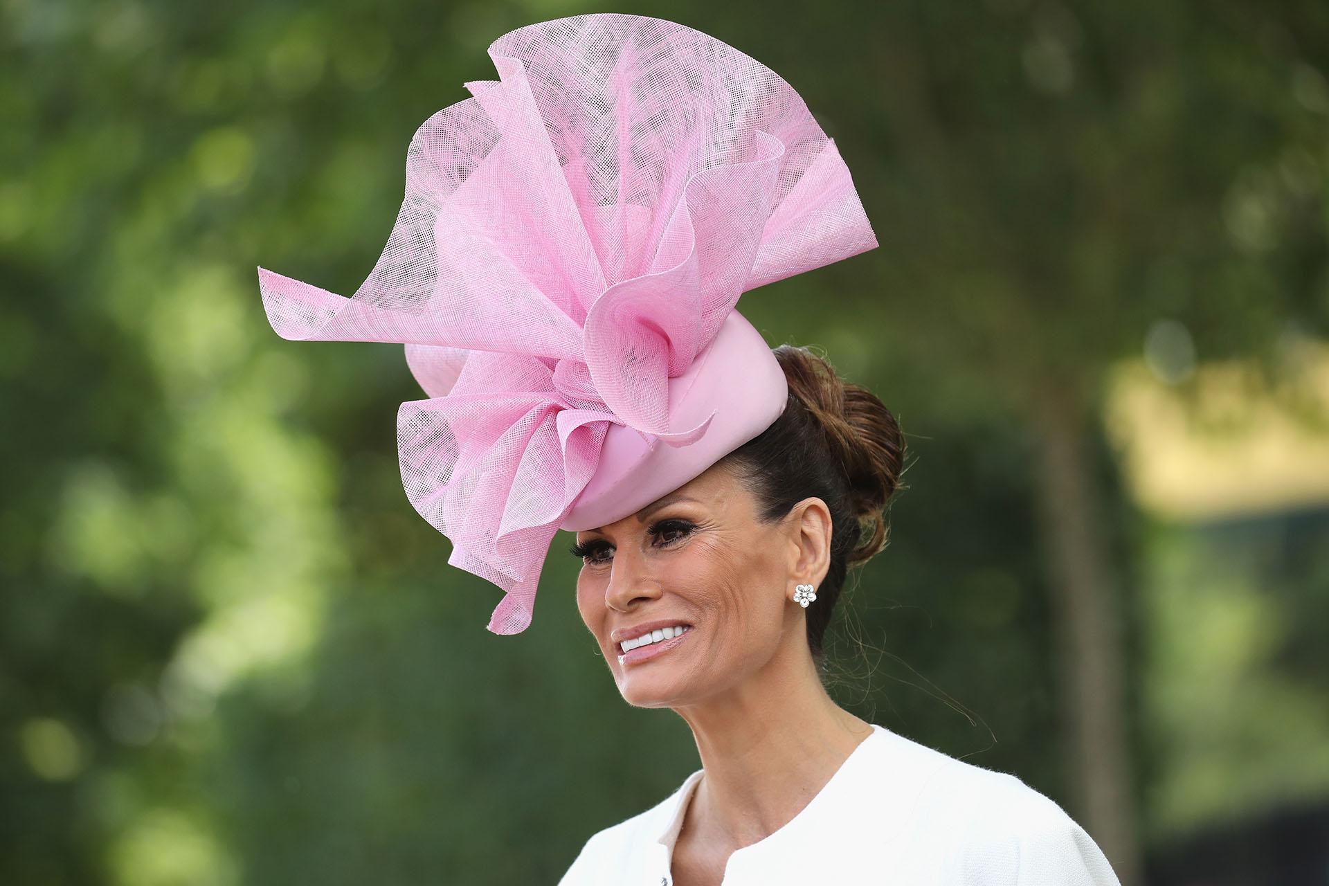 Isabell Kristensen eligió un tocado rosa nada discreto y un vestido blanco con las mangas tipo capa y cremallera central