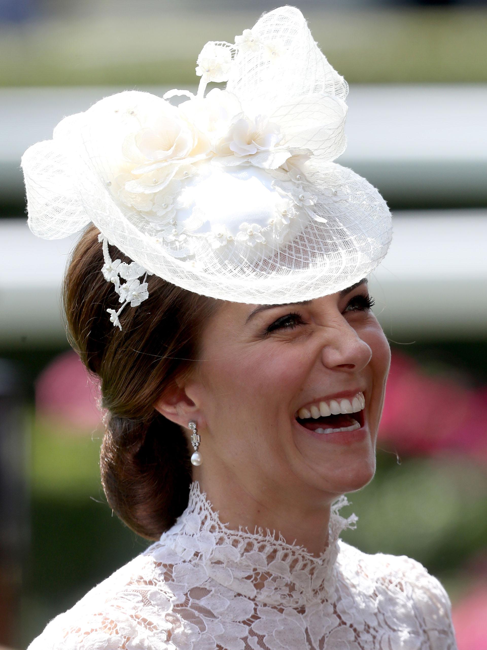 Kate Middelton, la duquesa de Cambridge, elige un look similar al que llevó el año pasado en este mismo evento. Se trata de un vestido de encaje blanco de Alexander McQueen, que combinó con un elegante tocado a juego (Getty Image)