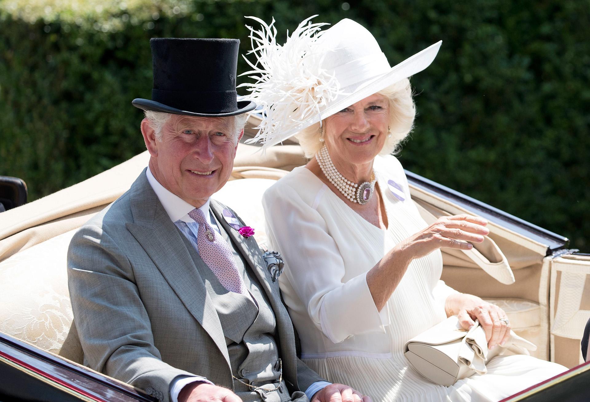 El principe Carlos y Camilla Parker en su llegada al evento