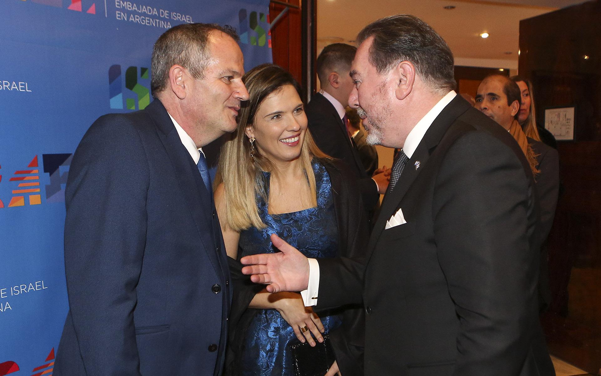 El empresario Mario Montoto saluda al embajador y a su esposa