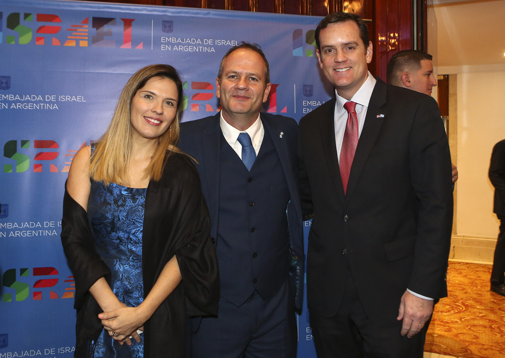 El embajador de Israel en la Argentina, Ilan Sztulman, y su mujer Jaqueline reciben al encargado de Negocios de la embajada de los Estados Unidos, Tom Cooney, en la gran recepción que tuvo lugar en el hotel Panamericano