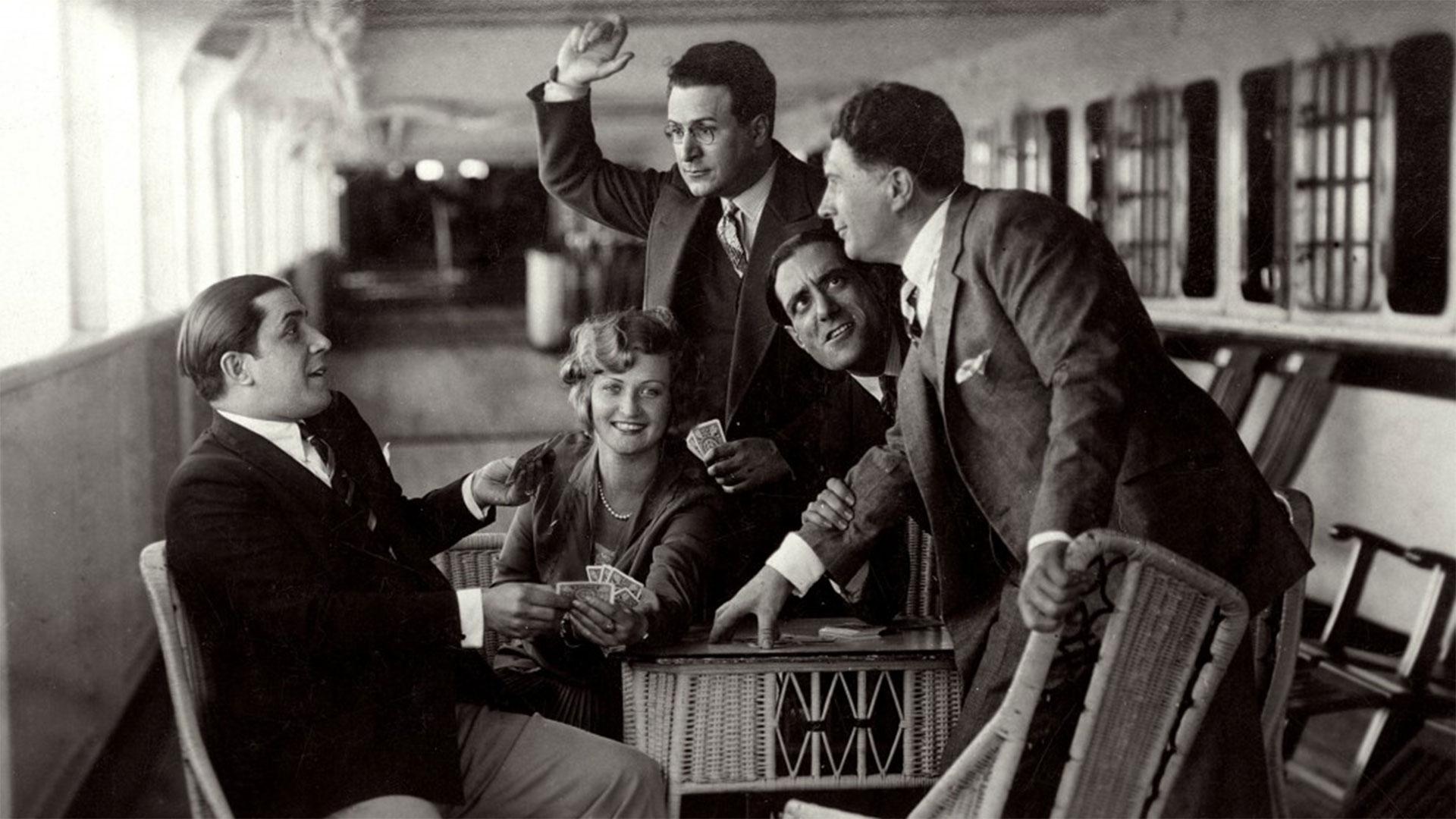 1928, Gardel y sus compañeros de elenco bromeaban en un parate de las grabaciones de una de sus entrañables películas.
