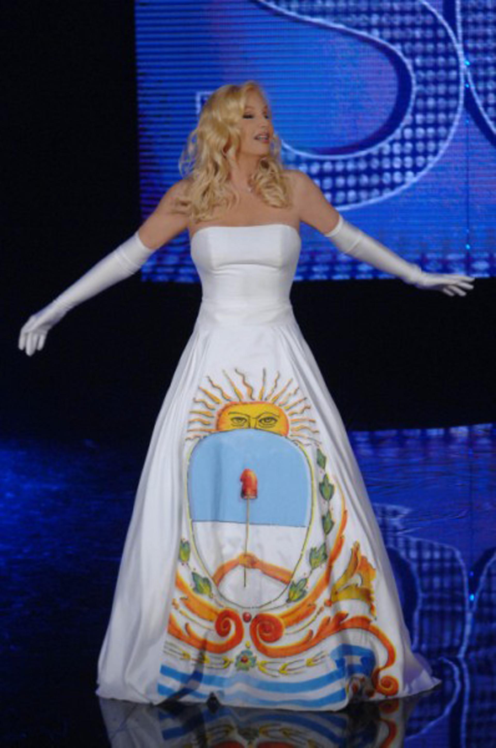 En el año 2010, para celebrar el bicentenario, Susana inició el ciclo de su programa con un vestido blanco strapless realizado por el diseñador Di Doménico con la falda pintada a mano por el artista Martiniano Arce acompañándolo con guantes XL blancos