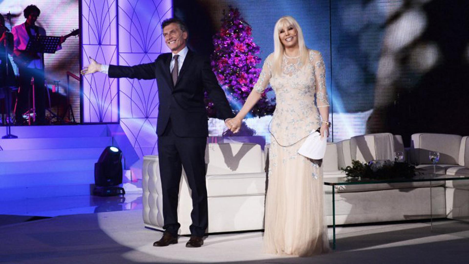 En el 2015 fue su único programa en el que invitó al presidente Mauricio Macri y a la primera dama Juliana Awada, luciendo un diseño de gasa nude con bordado de flores y transparencias en escote y mangas