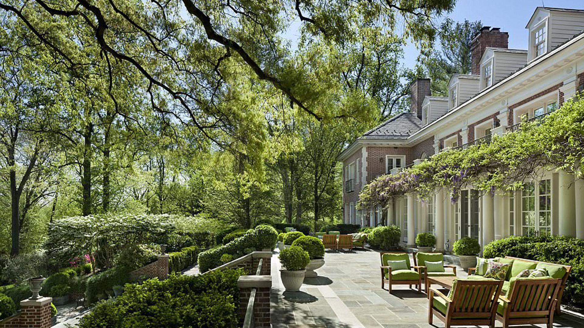 Posee amplios jardines y comodidades como gimnasio, un cuarto especialmente utilizado para catar vinos, entre otras