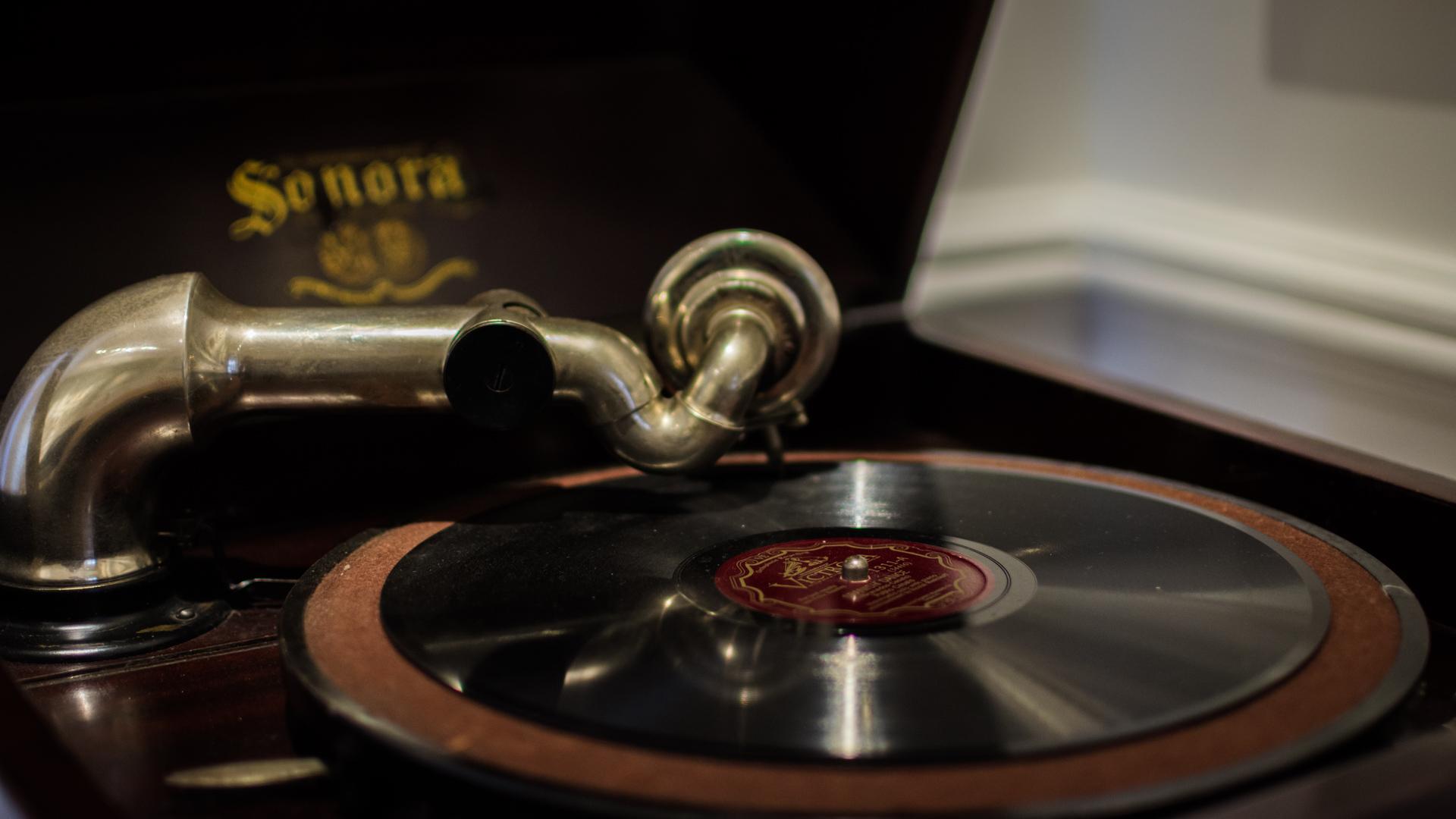 Vitrola que está en una de las habitaciones del Museo Casa Carlos Gardel, no es la que tuvo el cantor, pero se buscó una similar. (Martín Rosenzveig)