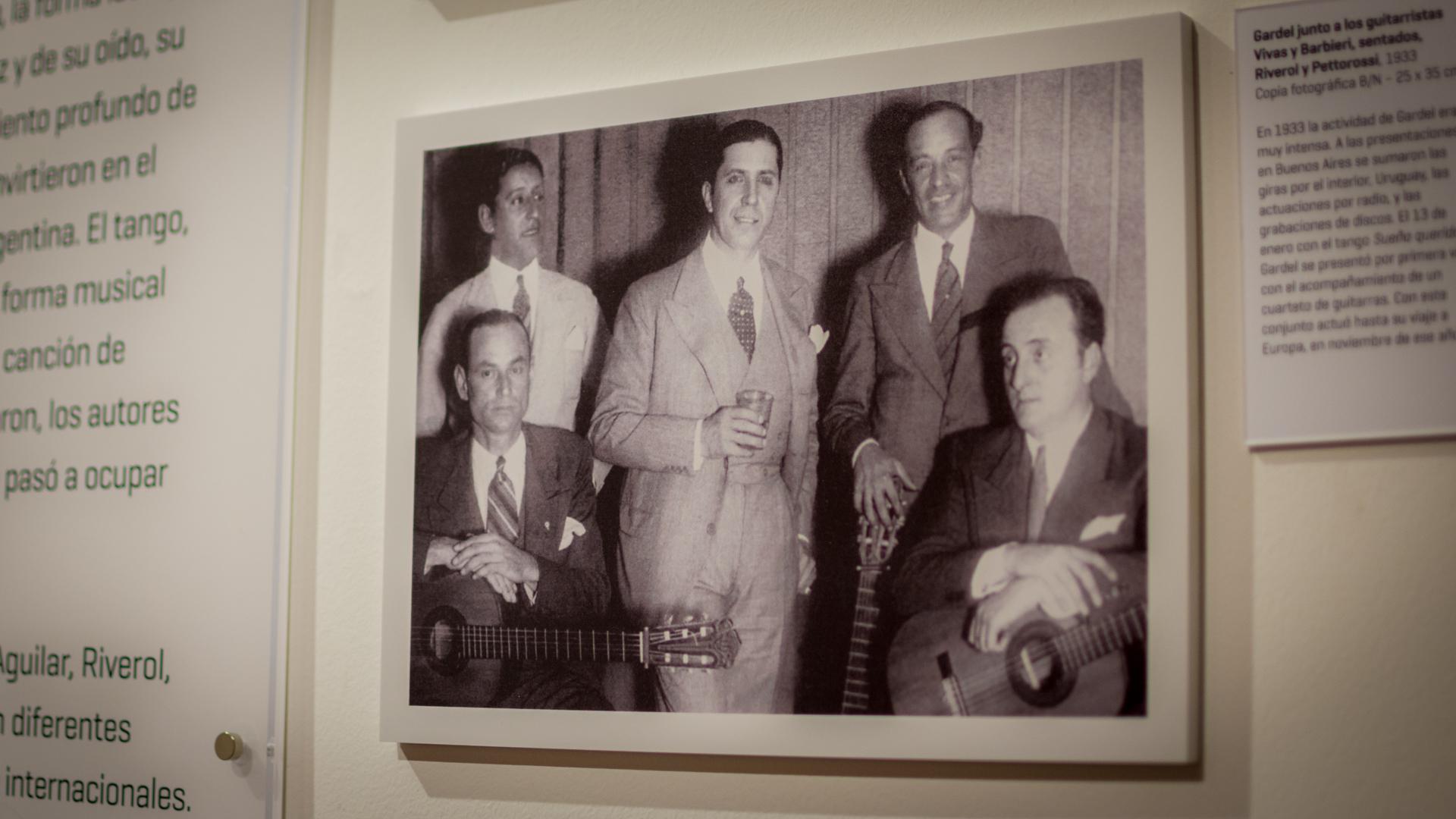 Carlos Gardel junto a sus guitarristas en la gira iniciada en 1933, en pleno éxito. (Martín Rosenzveig)