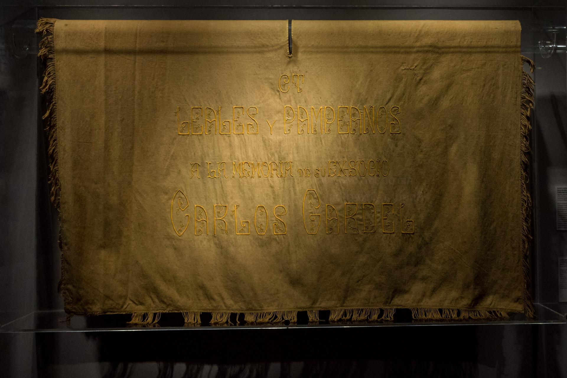 """Cuando murió Carlos Gardel los """"Leales Pampeanos"""" entregaron al cortejo fúnebre poncho para recordarlo. (Martín Rosenzveig)"""
