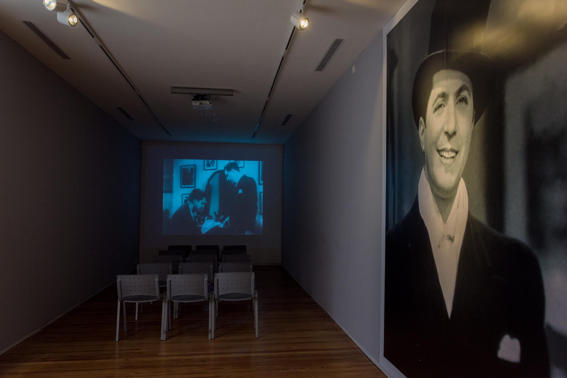 La sonrisa. De fondo una proyección en la sala de cine del Museo Casa Gardel. (Martín Rosenzveig)