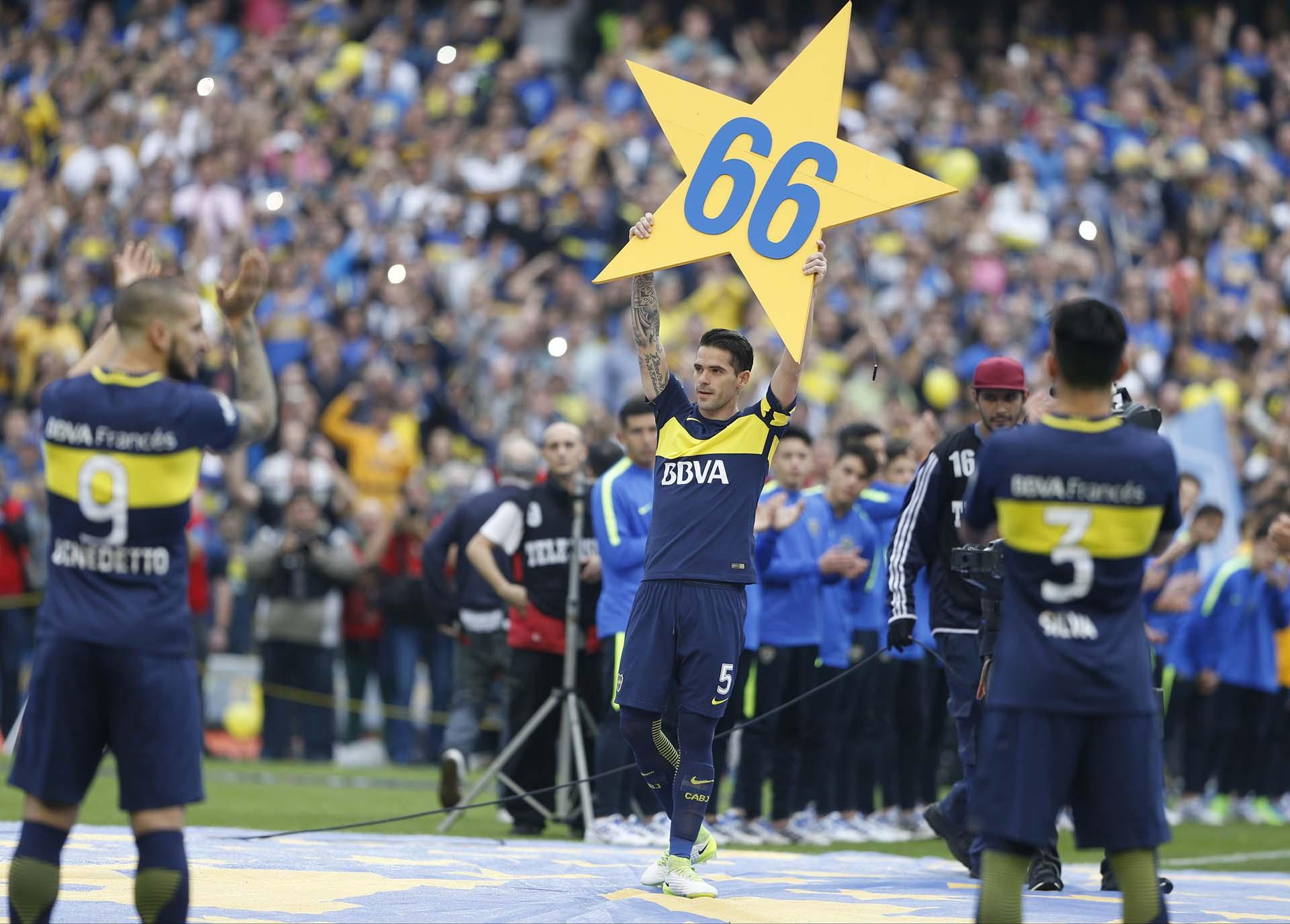 Fernando Gago exhibe la 66° estrella para el club tras la conquista del campeonato 2016/2017 (Foto: Gabriel Rossi/LatinContent/Getty Images)