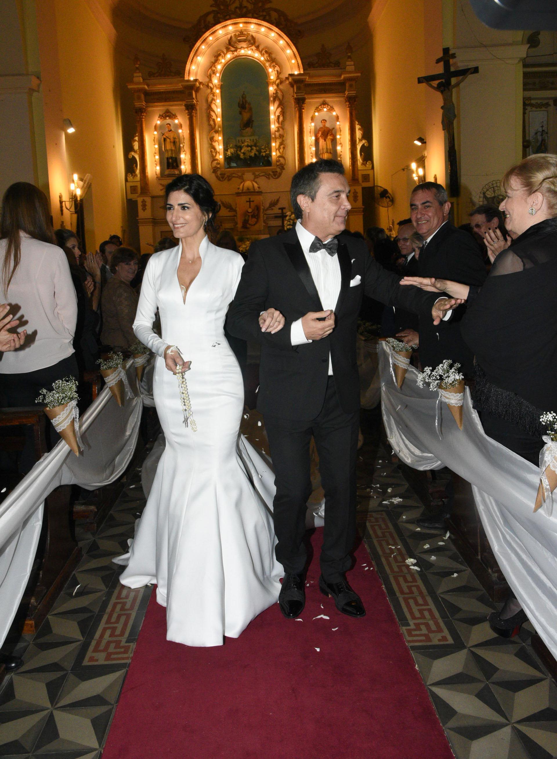 La pareja recibe los saludos de las más de 800 personas que se hicieron presentes en la parroquia