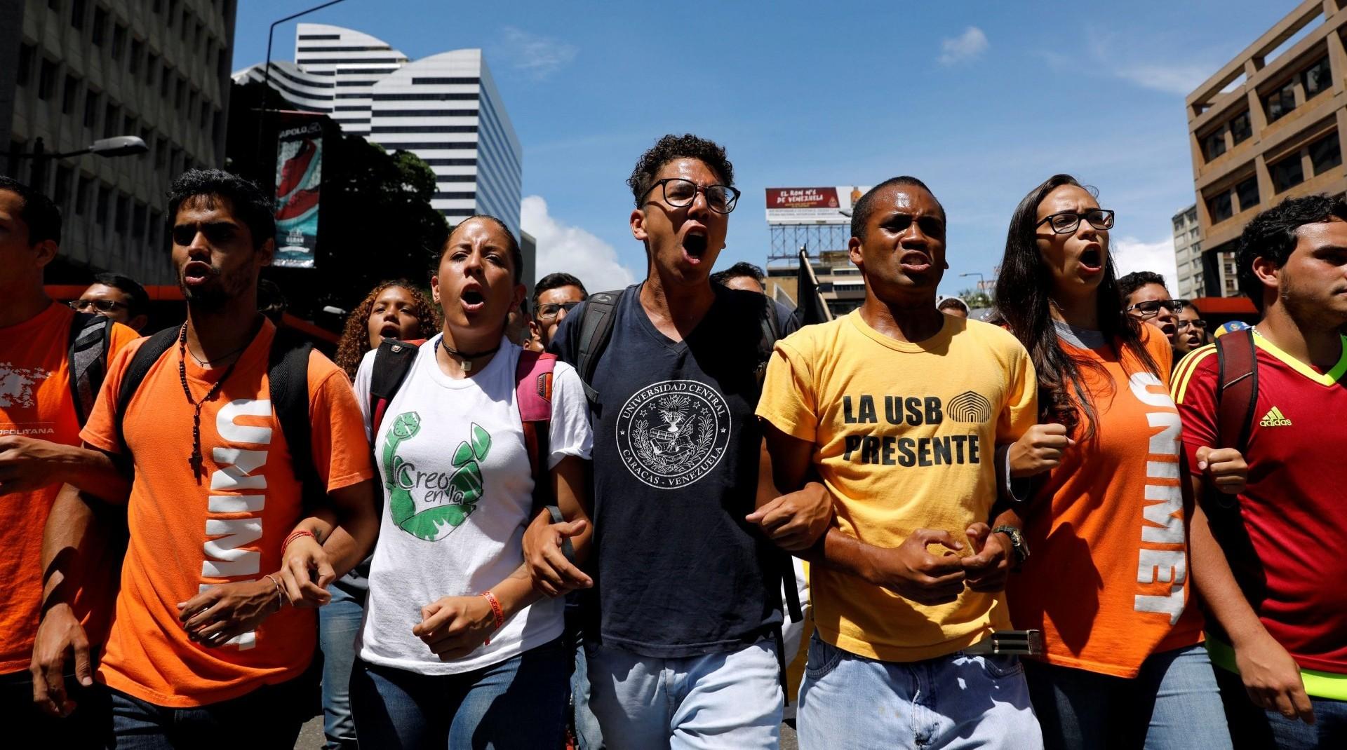 Manifestantes opositores durante una marcha convocada por estudiantes en Caracas (Reuters)