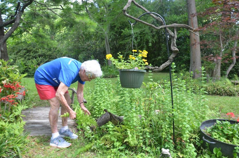 La anciana Julia Hawkins tiene una salud de hierro y sale a cuidar su jardín habitualmente (Sarah Netter/The Washington Post)