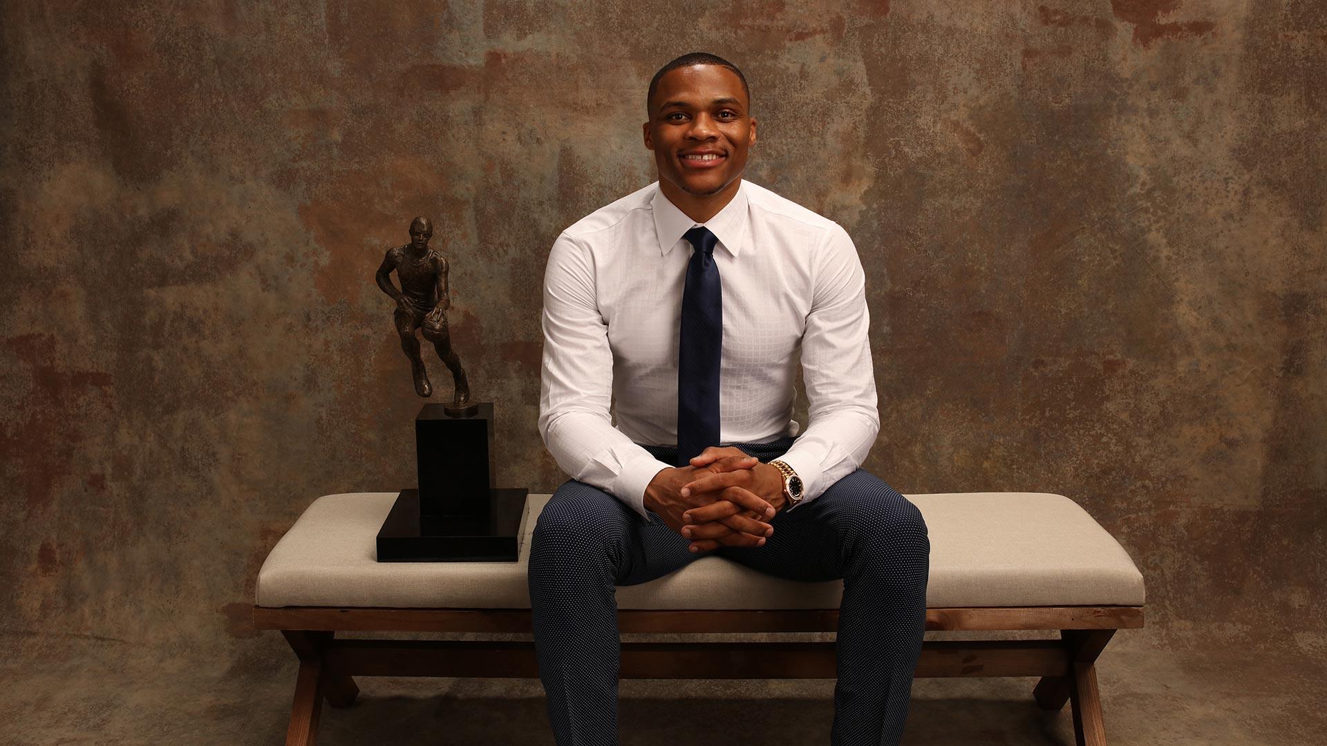 Russell Westbrook con su premio de Juegador Más Valioso (MVP) de la temporada pasada