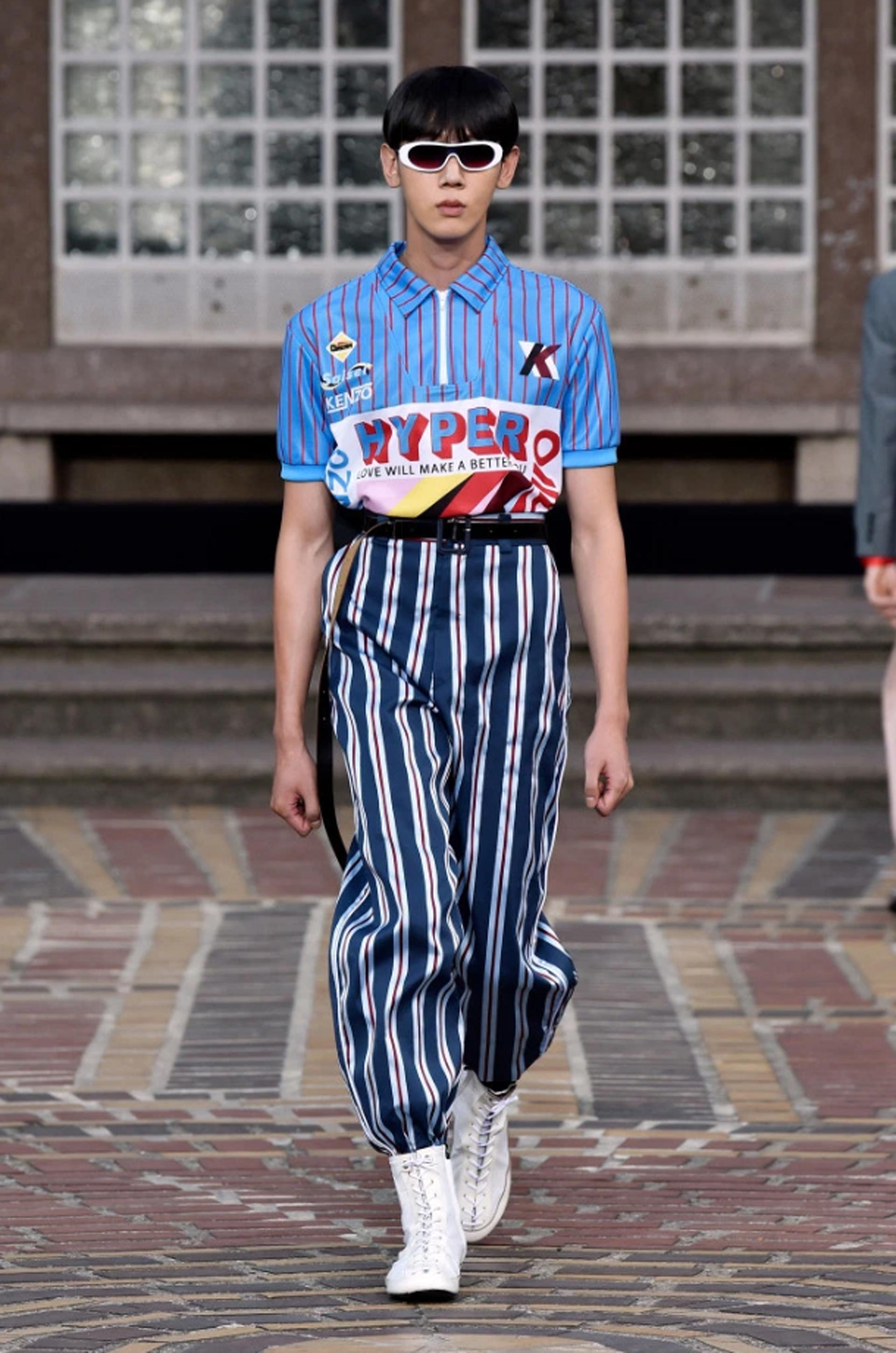Total look rayas, pantalón en azul, blanco y rojo combinado con una chomba rayada con estampas y la inscripción 'Hyper'