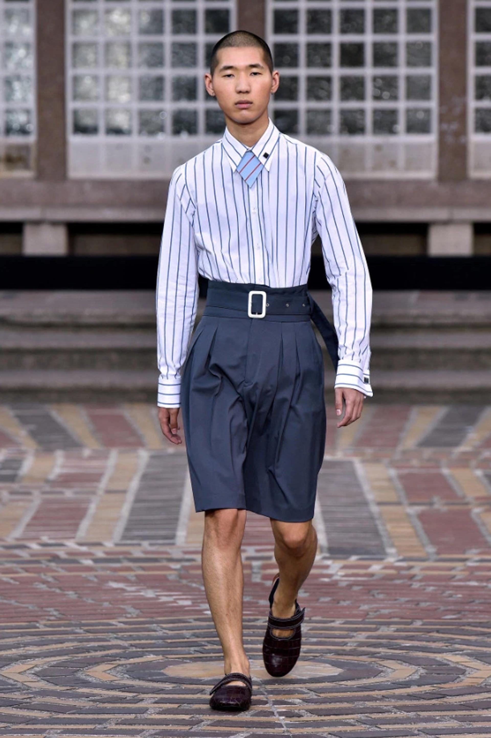 Más sastrería, una clásica camisa de la marca rayada con gemelos en los puños, combinando con bermudas sastreras y una faja con una hebilla XL