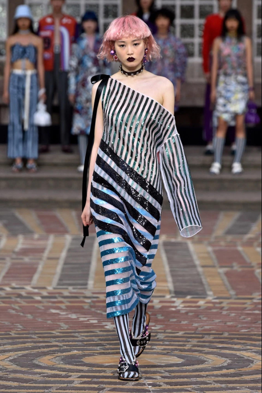 El vestido midi presentado por Kenzo de un solo hombre con detalle de un lazo con moño en seda en negro y turquesa con rayas gruesas y finas