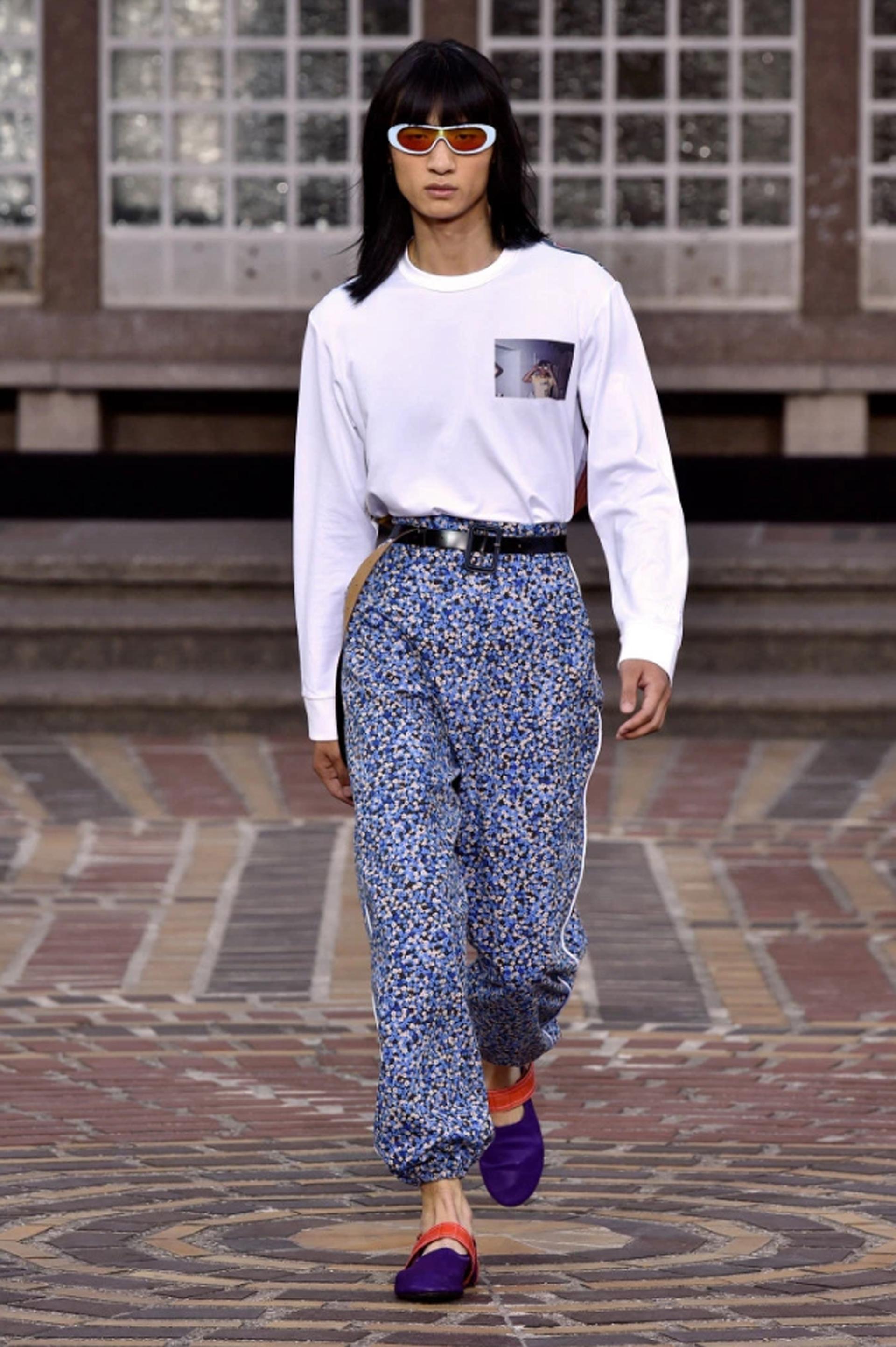 Pantalones de tiro alto con estampado floreado y camisetas básicas
