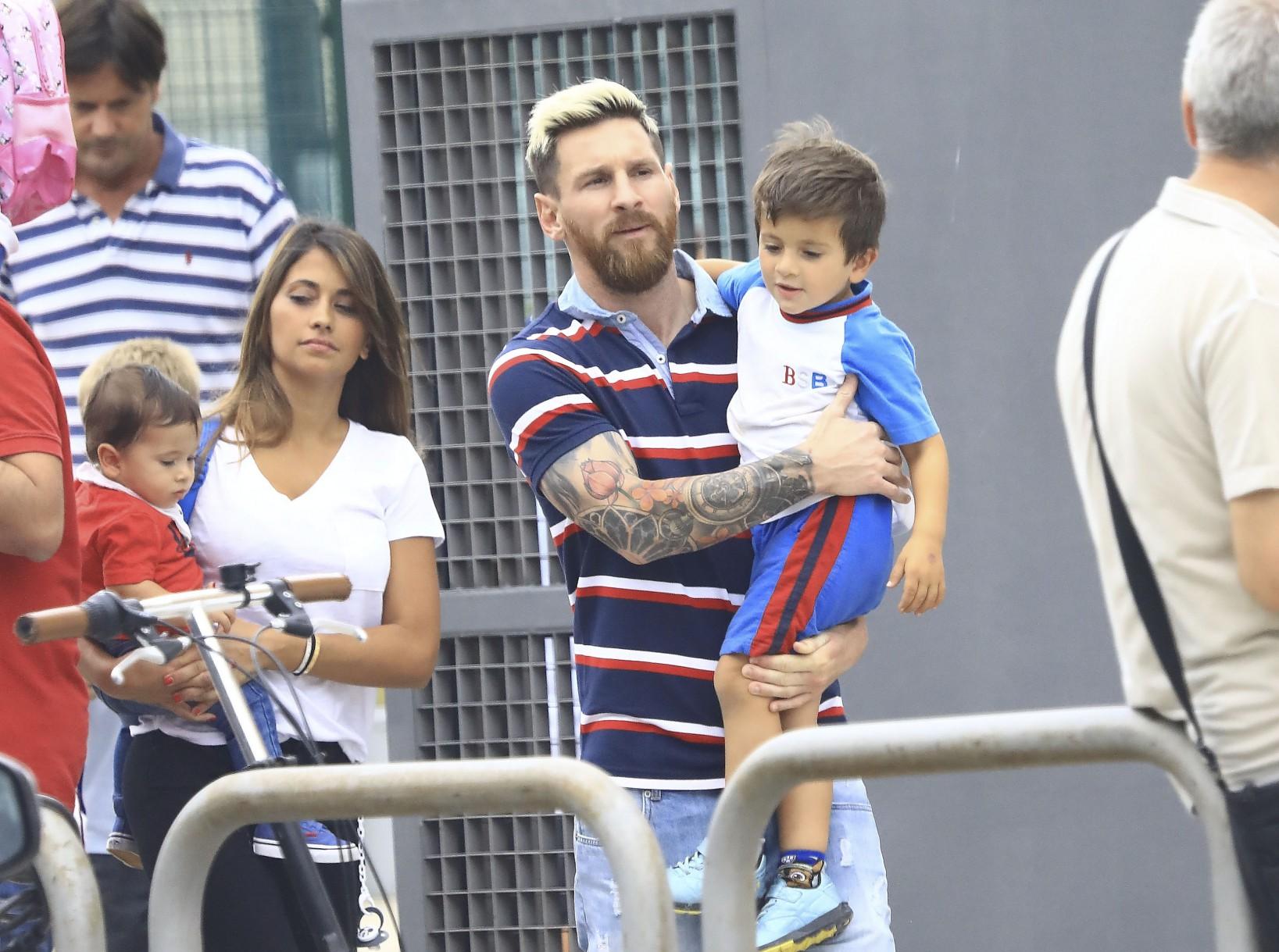 Su lado paternal, Lio junto a Anto y Mateo a la salida del colegio de Thiago