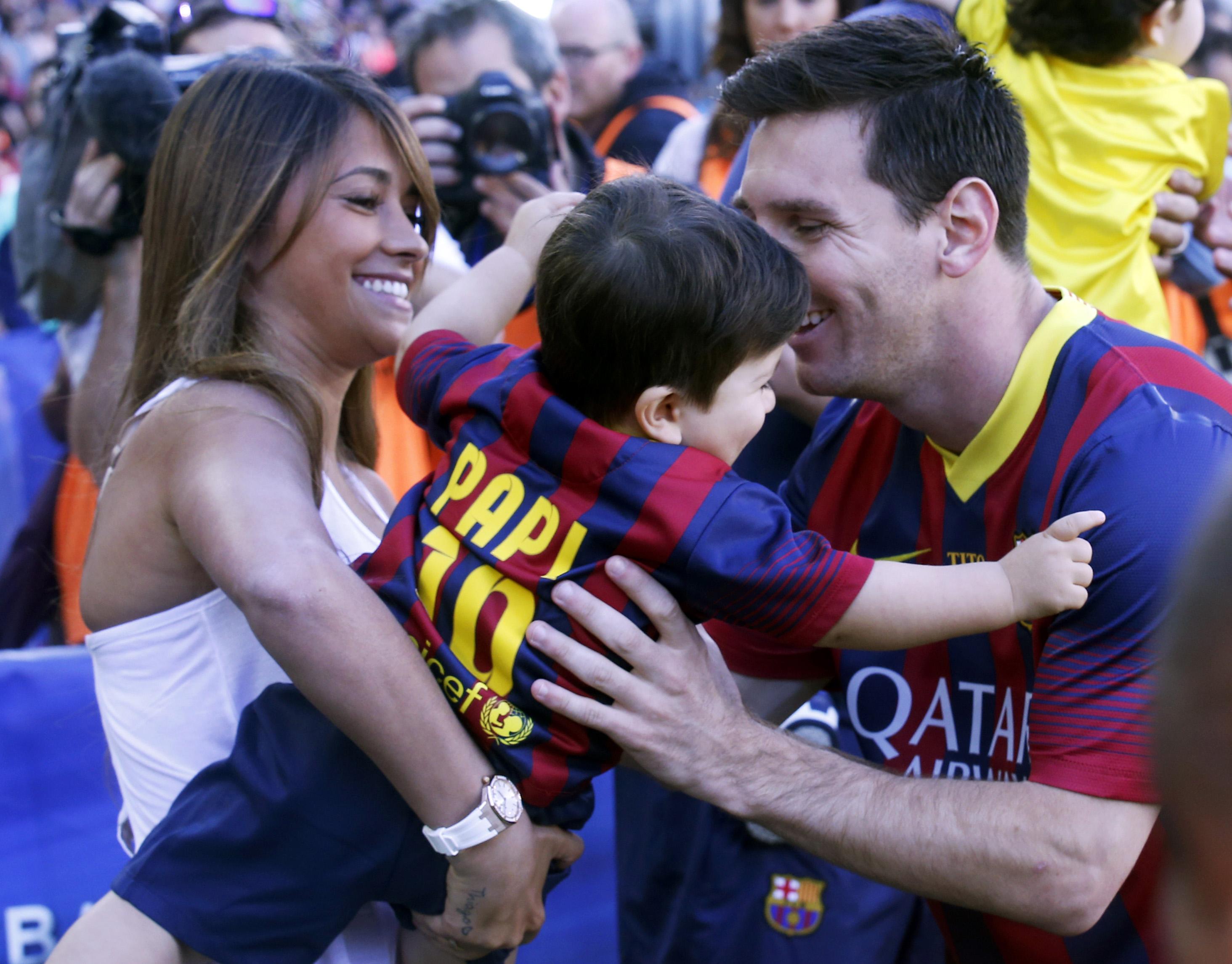 Juntos en el Camp Nou del Barcelonacon su hijo Thiago, en 2014. Antonela confesó que el fútbol le aburre, pero es incondicional con su marido