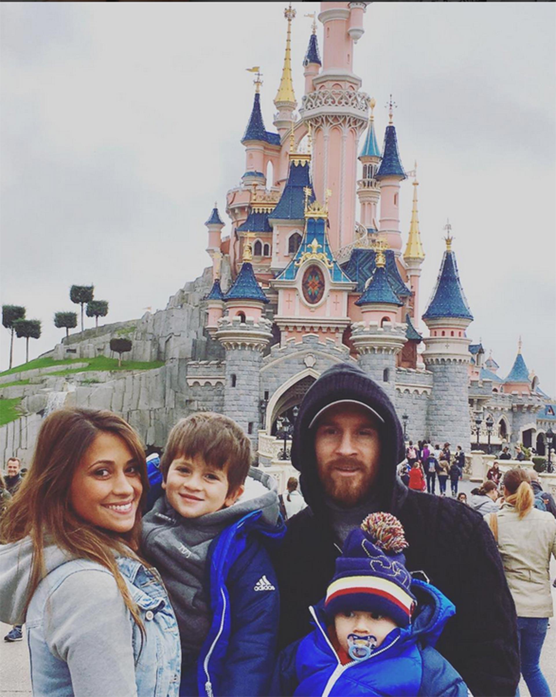 Una visita en familia a Disneyland París junto a sus dos hijos, Thiago y Mateo Messi, el 26 de octubre de 2016